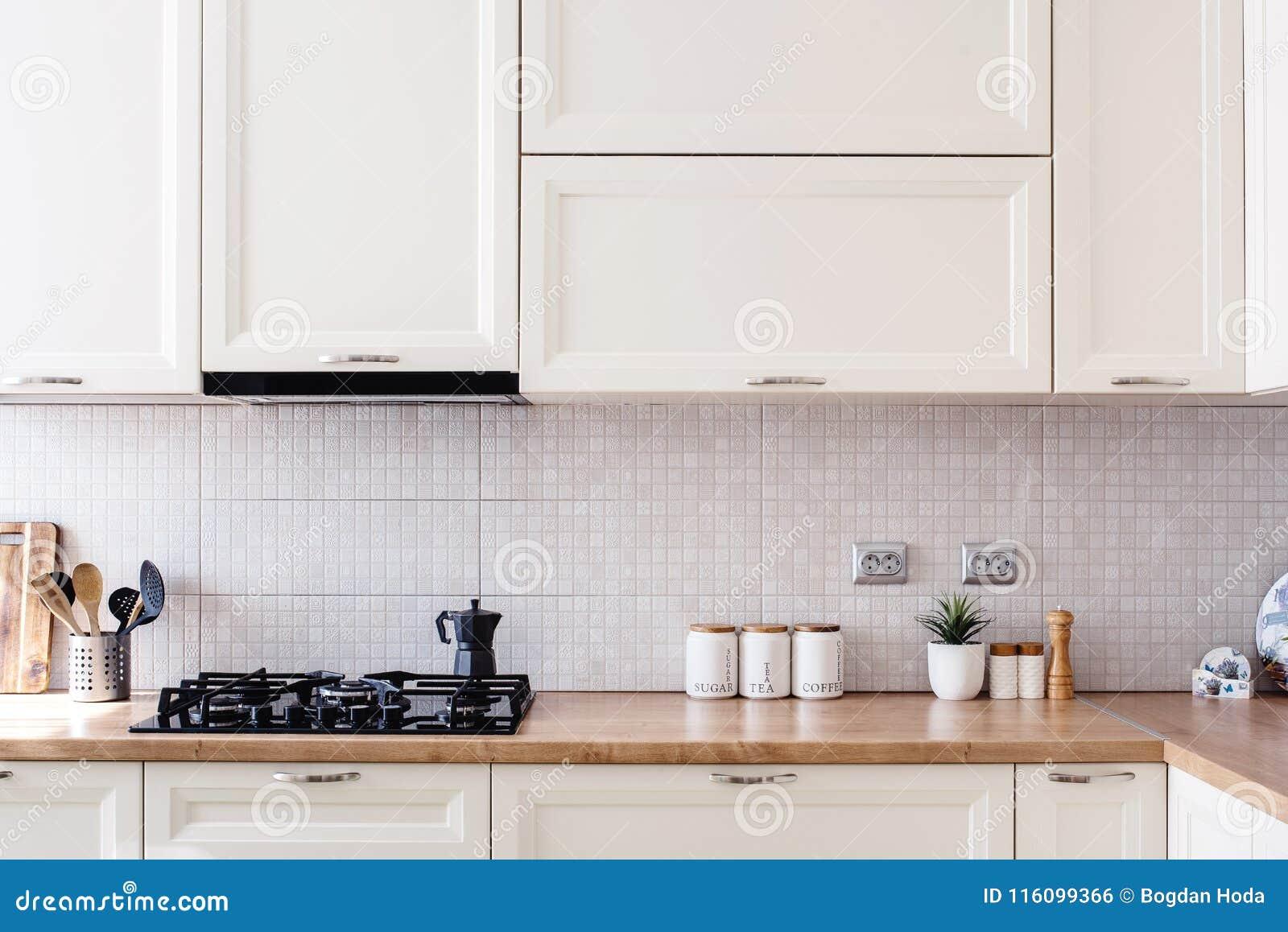 Inre kökdesigndetaljer - moderna kabinetter och trämöblemang