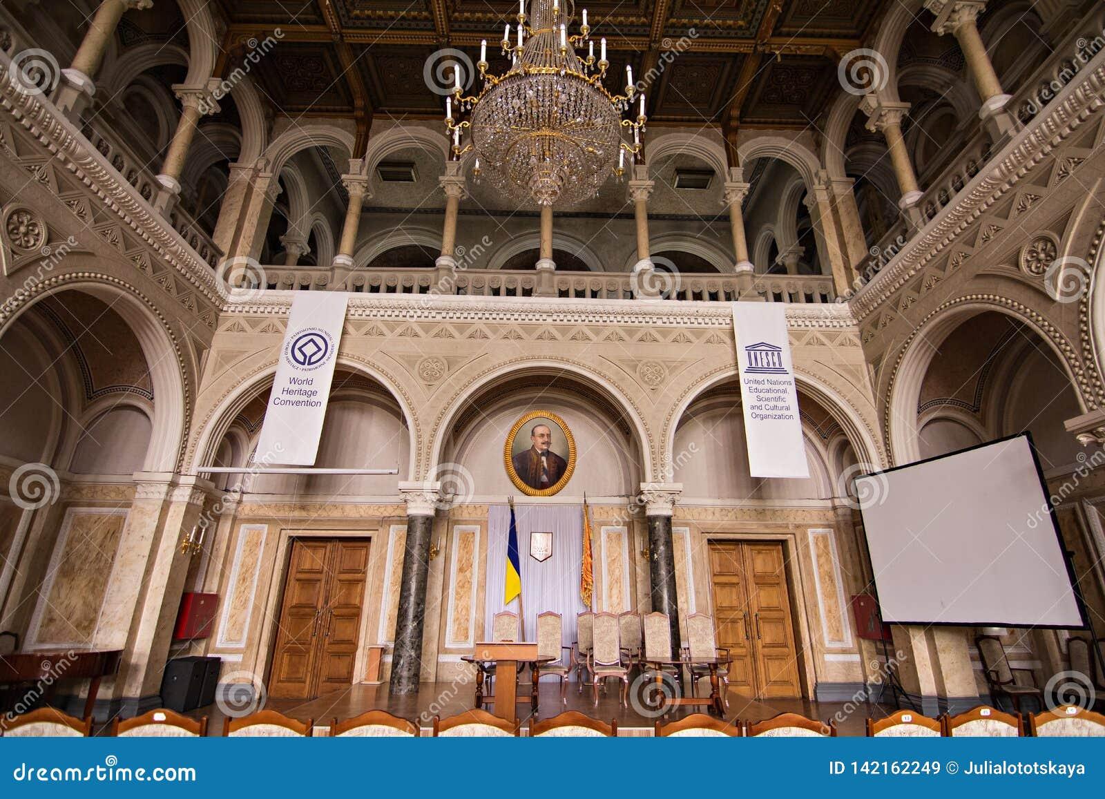 Inre korridorer i härlig historisk byggnad av det Chernivtsi medborgareuniversitetet