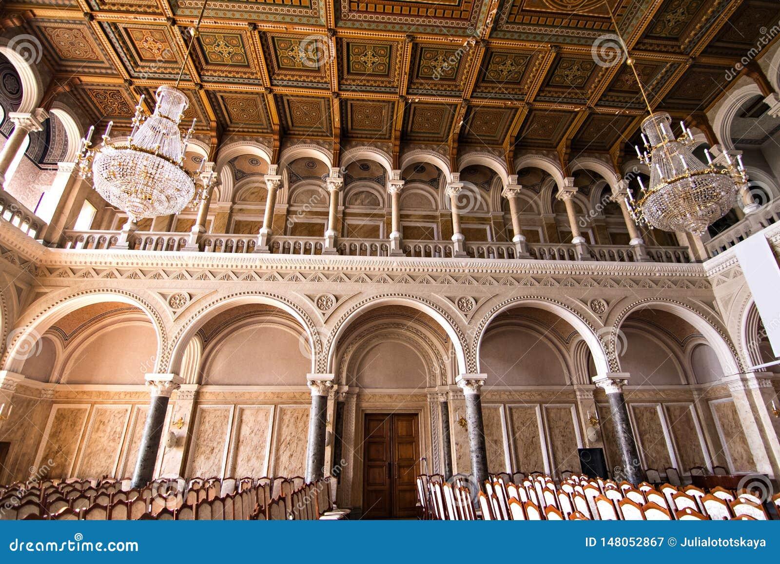 Inre korridorer i h?rlig historisk byggnad av det Chernivtsi medborgareuniversitetet