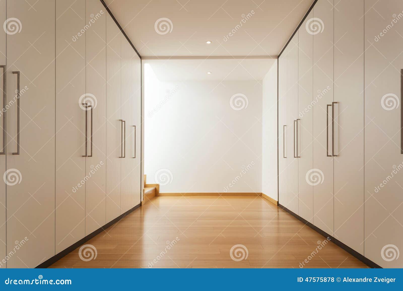Inre lång korridor med garderober