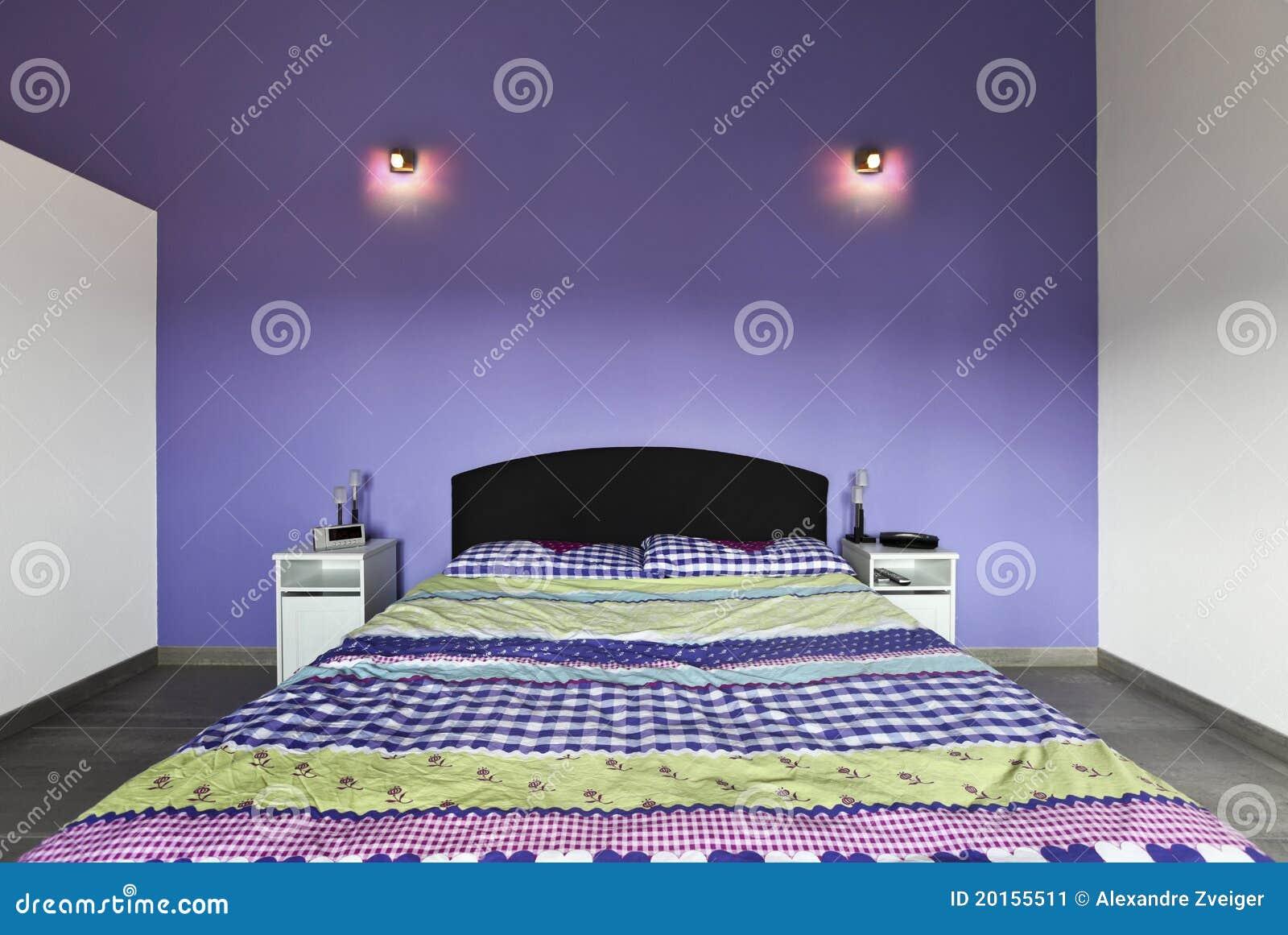 Inre purpur vägg för sovrum fotografering för bildbyråer   bild ...