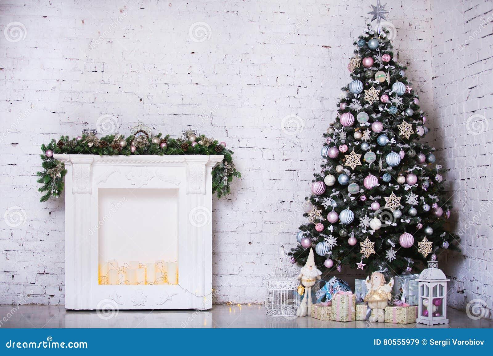 Inre rum som dekoreras i julstil Inga personer Hem- komfort av det moderna huset Xmas-träd och spis