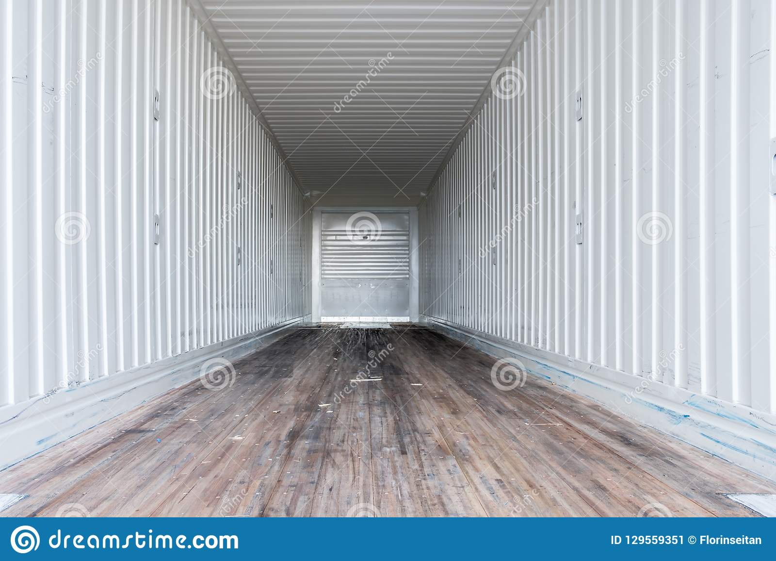 Inre sikt av den tomma halva lastbilen torra skåpbil släp