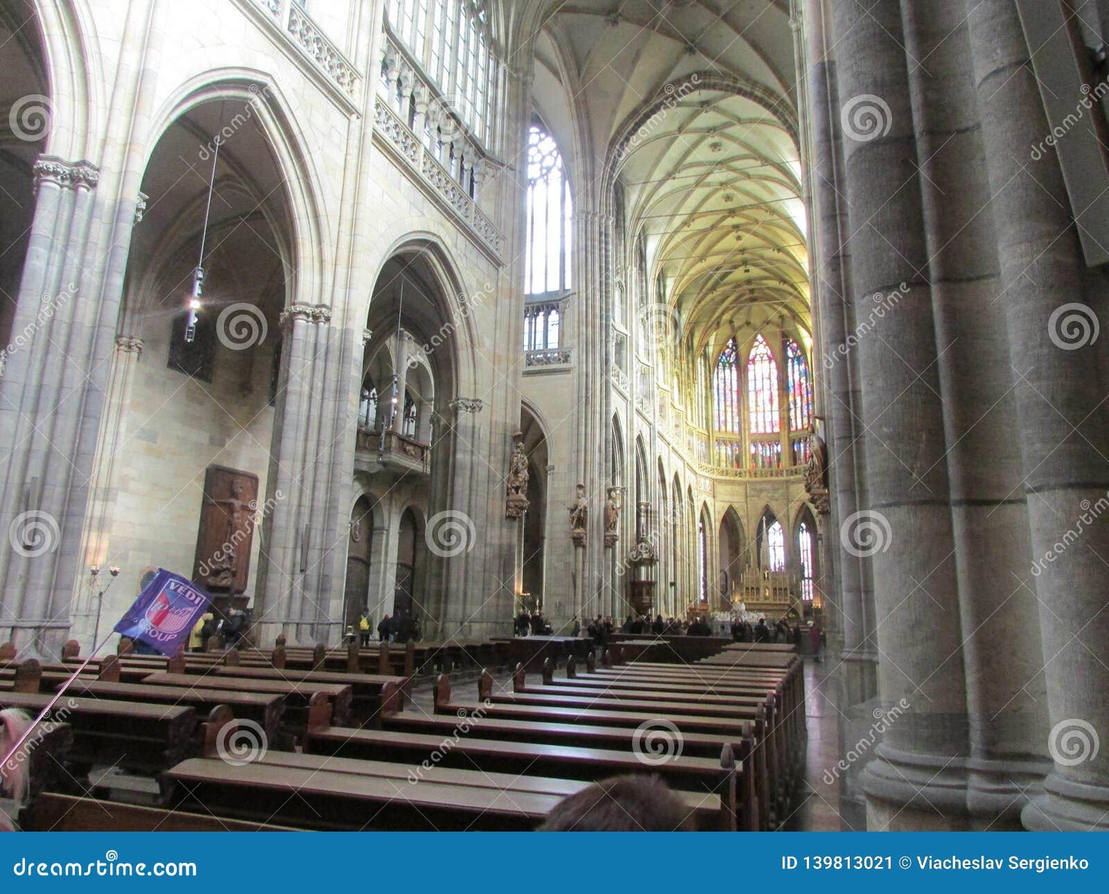 Inre sikt av St Vitus Church i Prague, Tjeckien