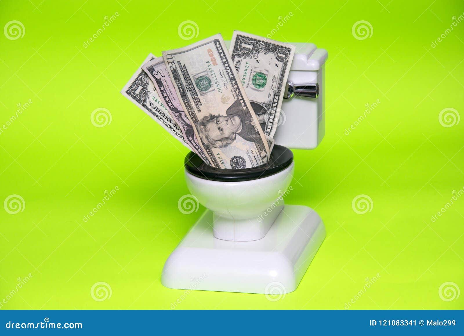 Inre toalett för dollarräkningar på grön bakgrund