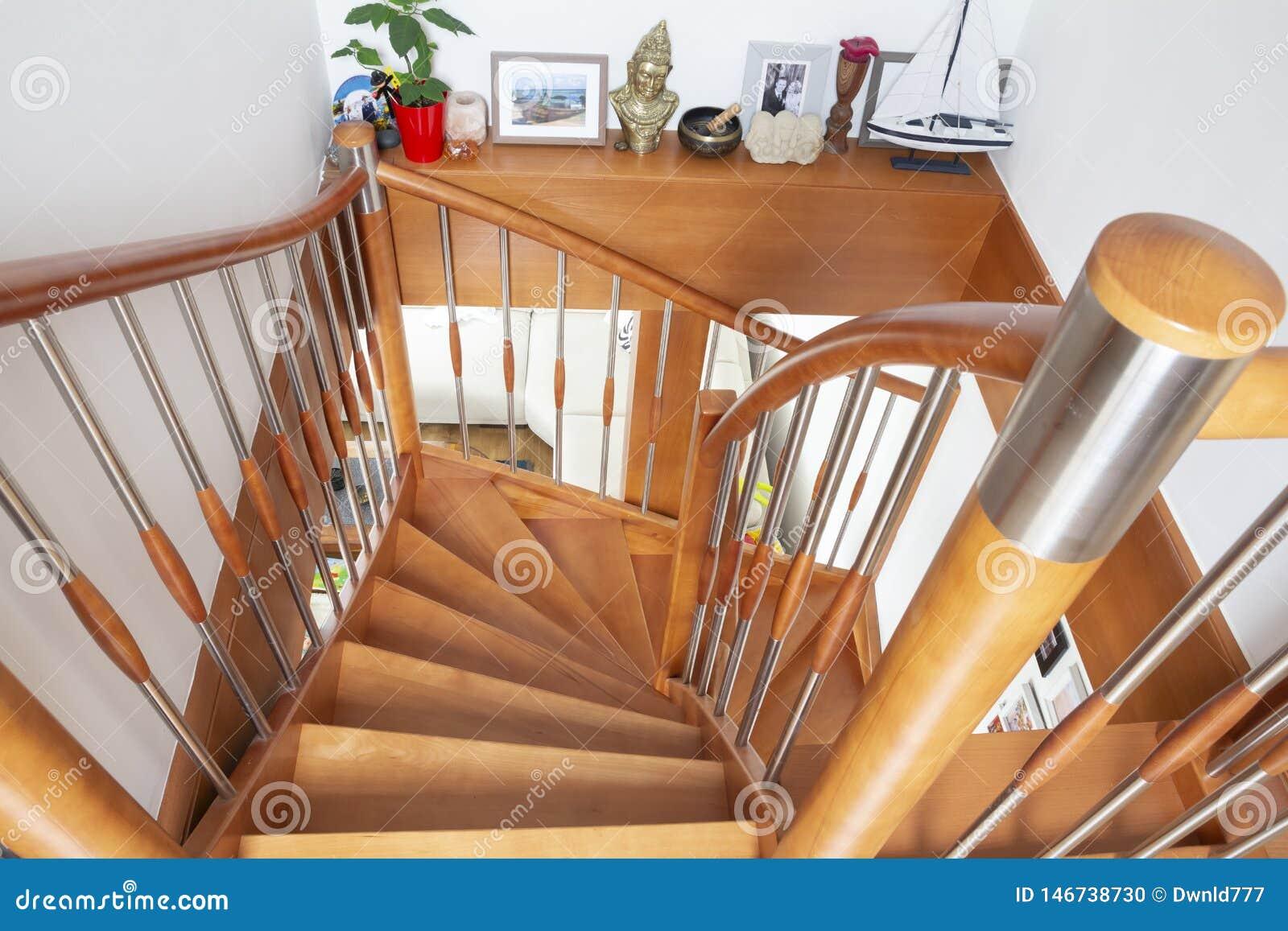 Inre trappuppgång för trä