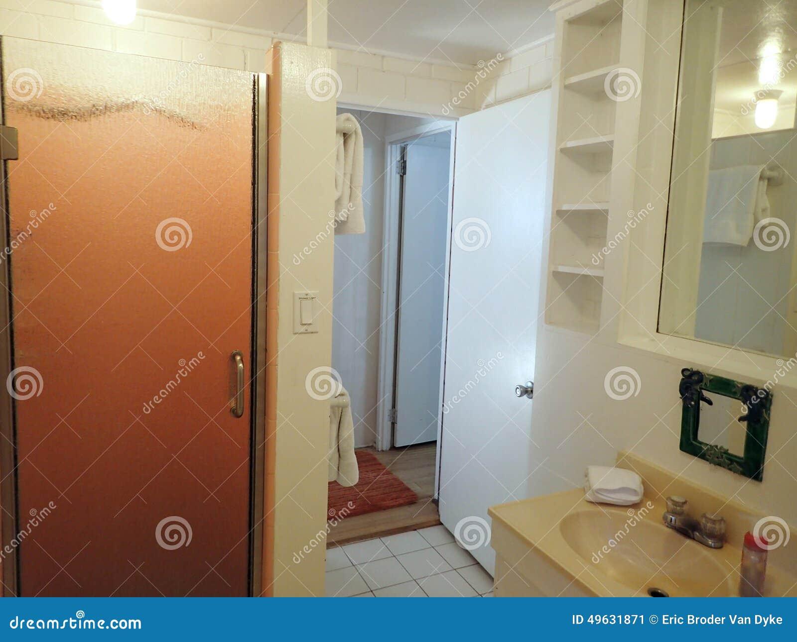 Inre vitt badrum arkivfoto   bild: 49631871