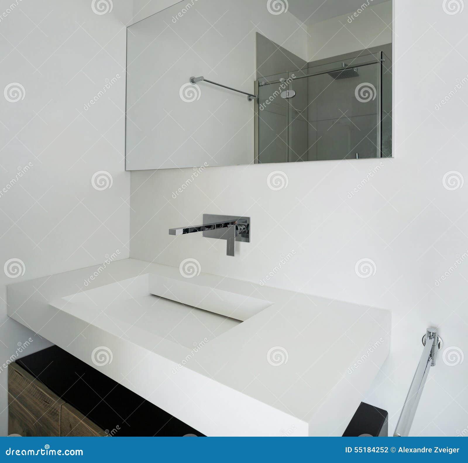 Inre vitt badrum arkivfoto   bild: 55184252