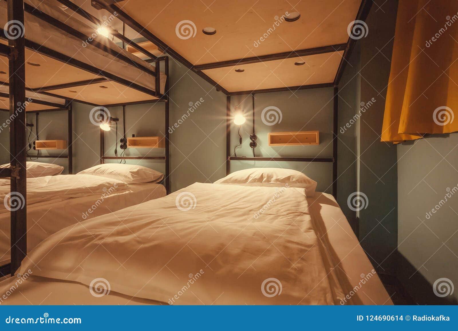 Inredesignen av ett dormrum av det turist- vandrarhemmet med rengöring bäddar ned för tolv personer