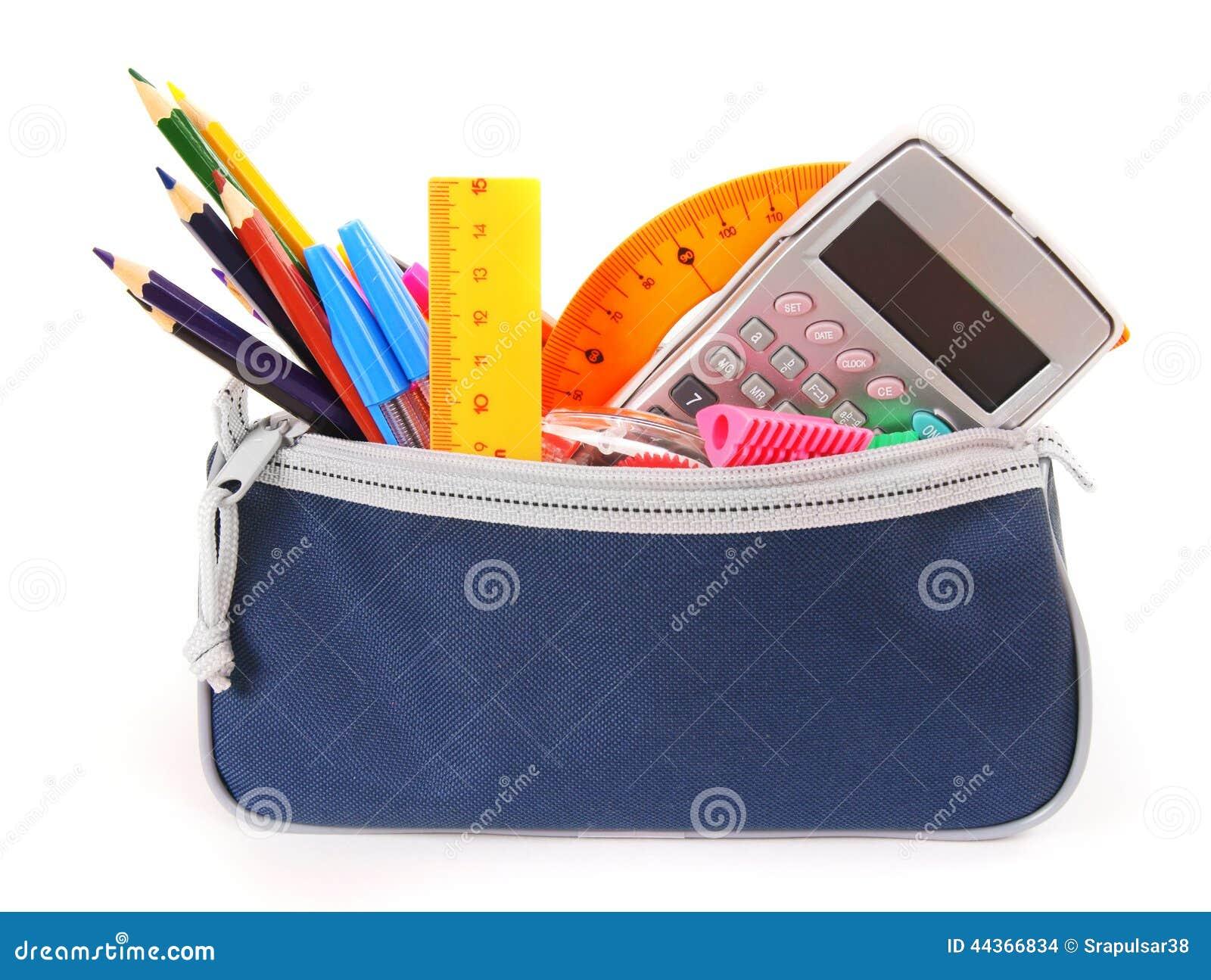 Insacchi con gli strumenti della scuola su un fondo bianco