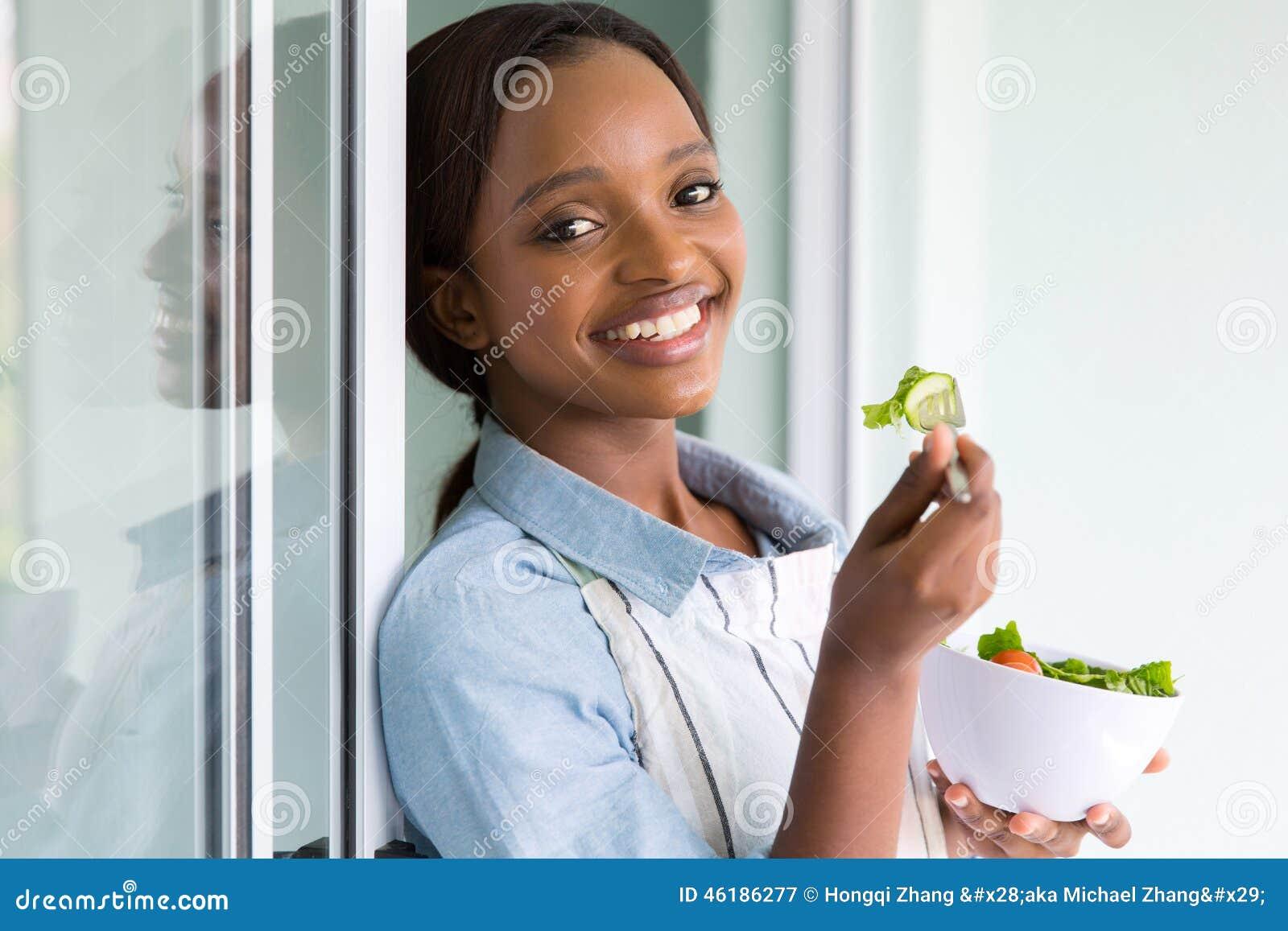 Insalata africana della ragazza