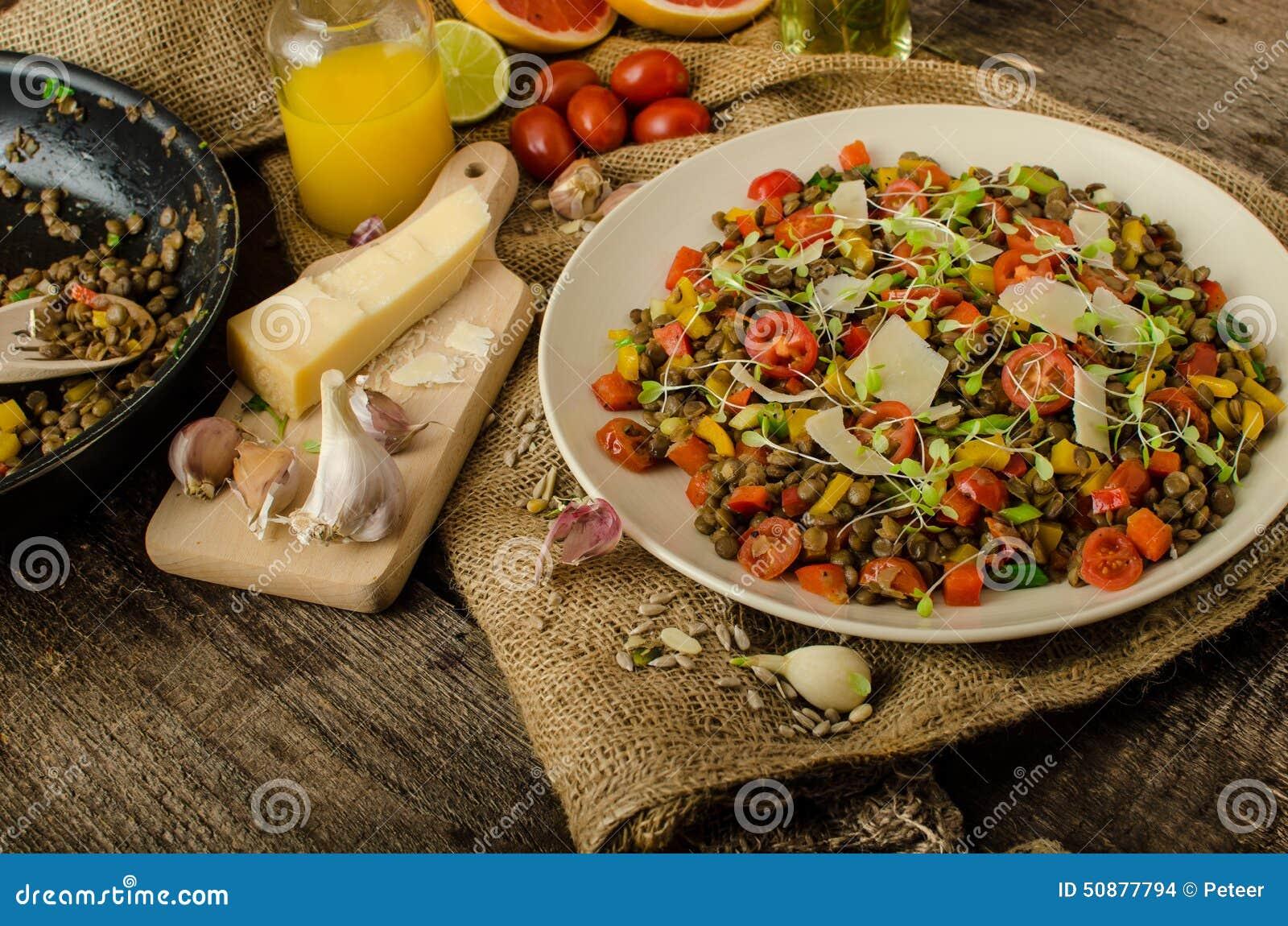 Insalata calda delle lenticchie, bio- sano