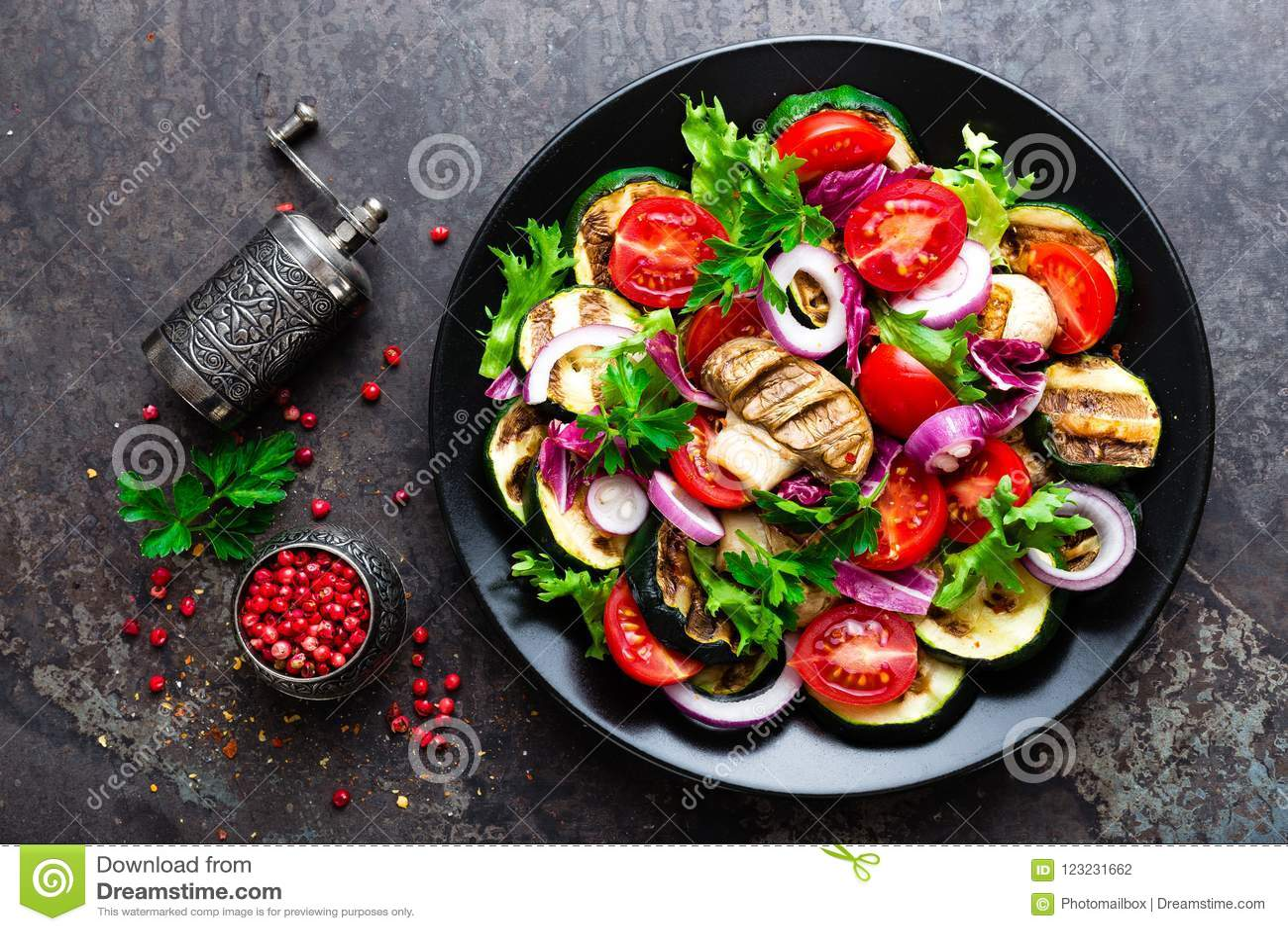 Insalata con le verdure fresche e arrostite ed i funghi Insalata di verdure con i funghi prataioli arrostiti Insalata di verdure