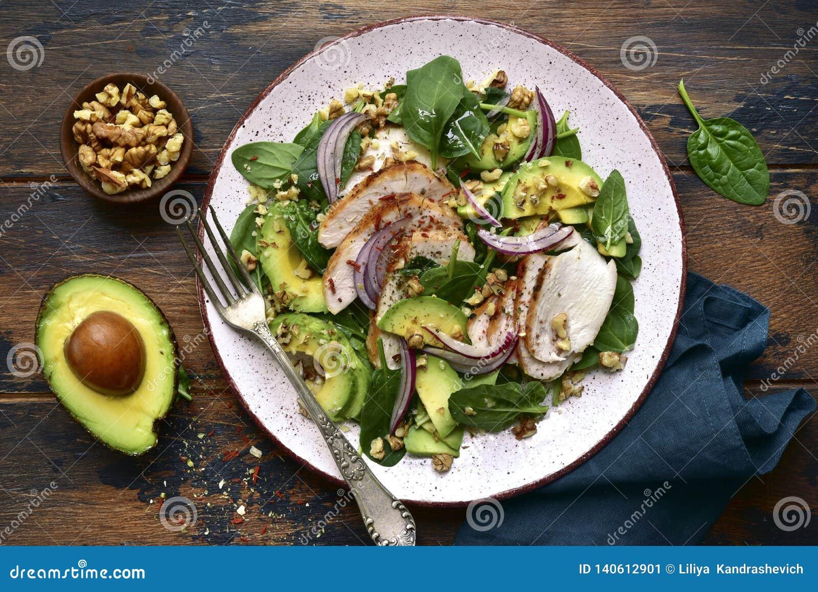 Insalata degli spinaci con il raccordo arrostito, l avocado e le noci del pollo Vista superiore con lo spazio della copia