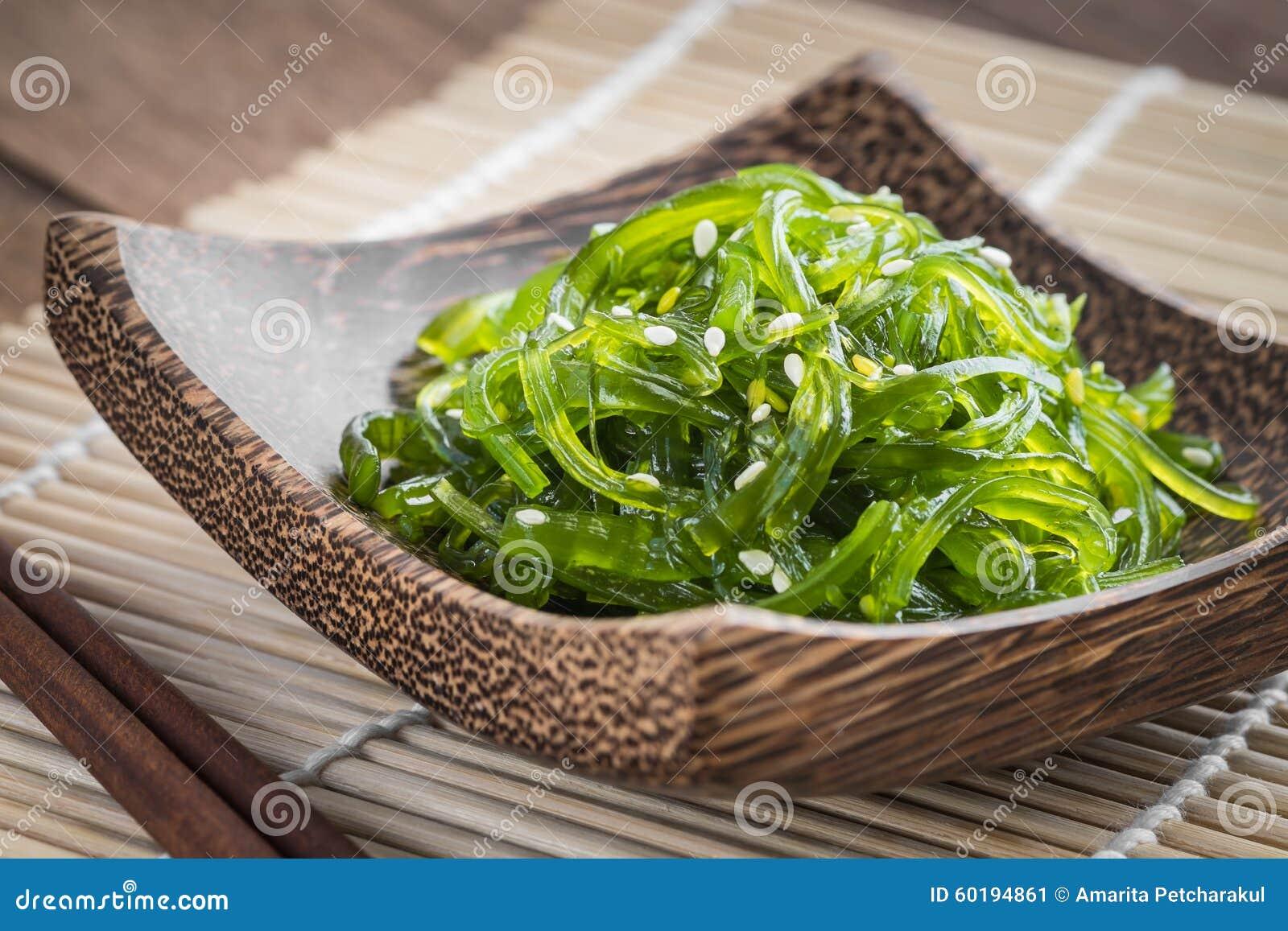 Insalata dell 39 alga sul piatto di legno cucina giapponese for Legno giapponese