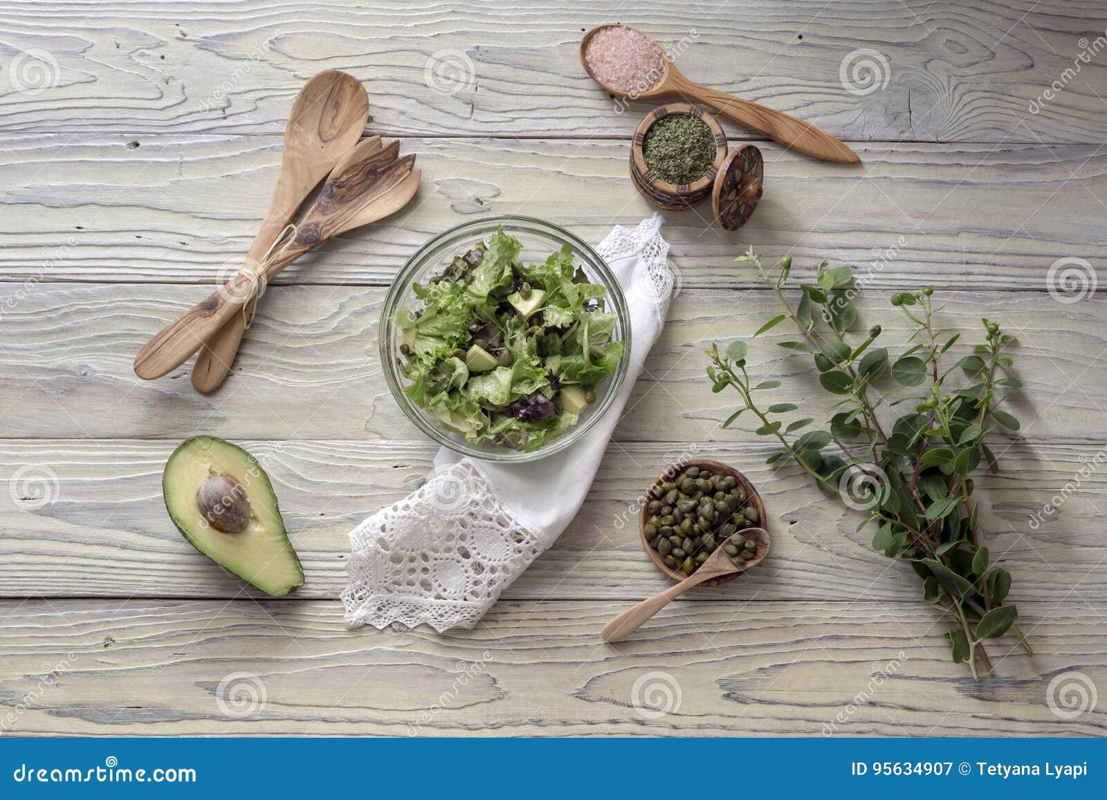 Insalata della lattuga con l avocado ed i capperi