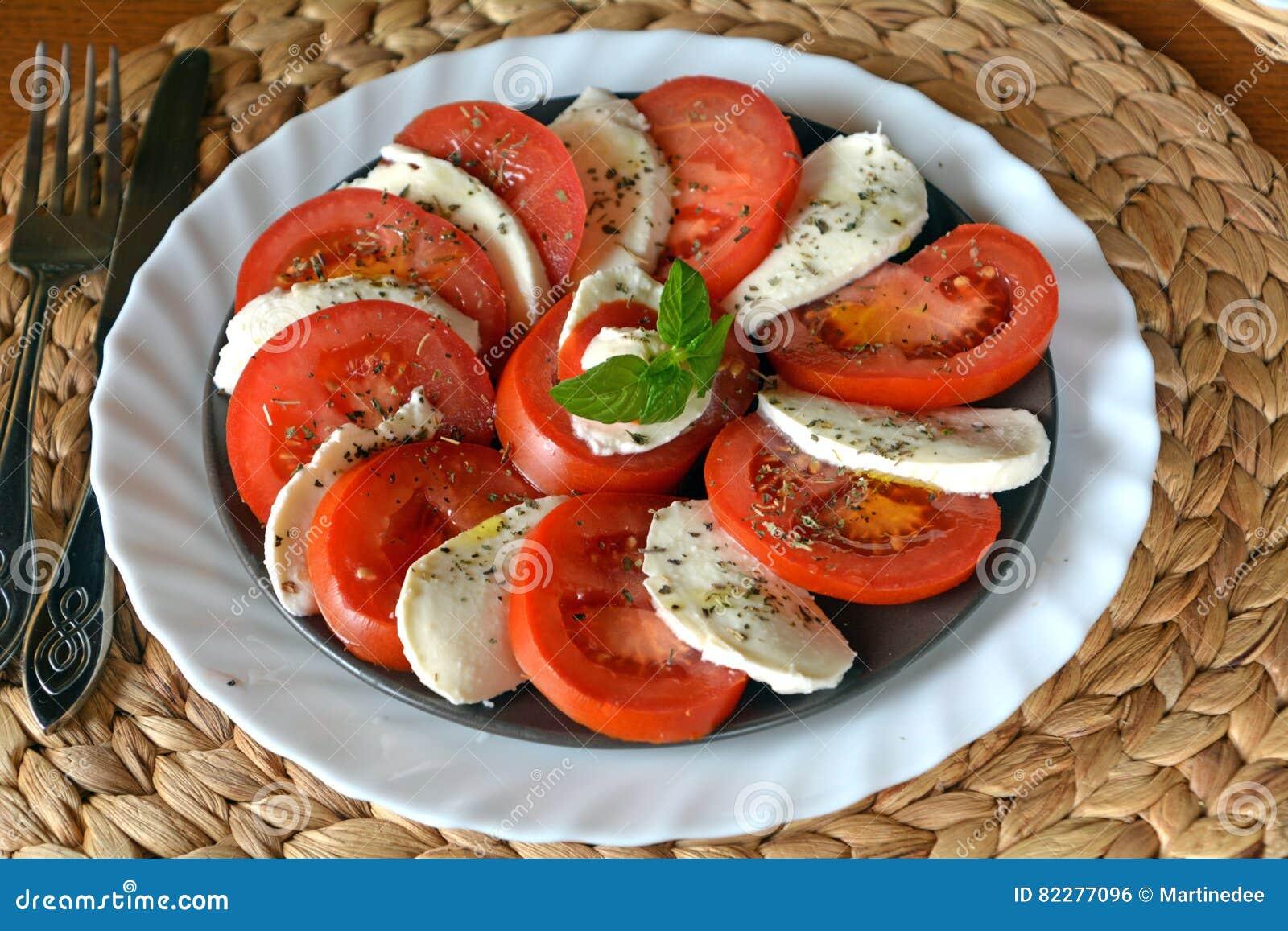 Insalata della verdura fresca con la mozzarella, il pomodoro ed il basilico