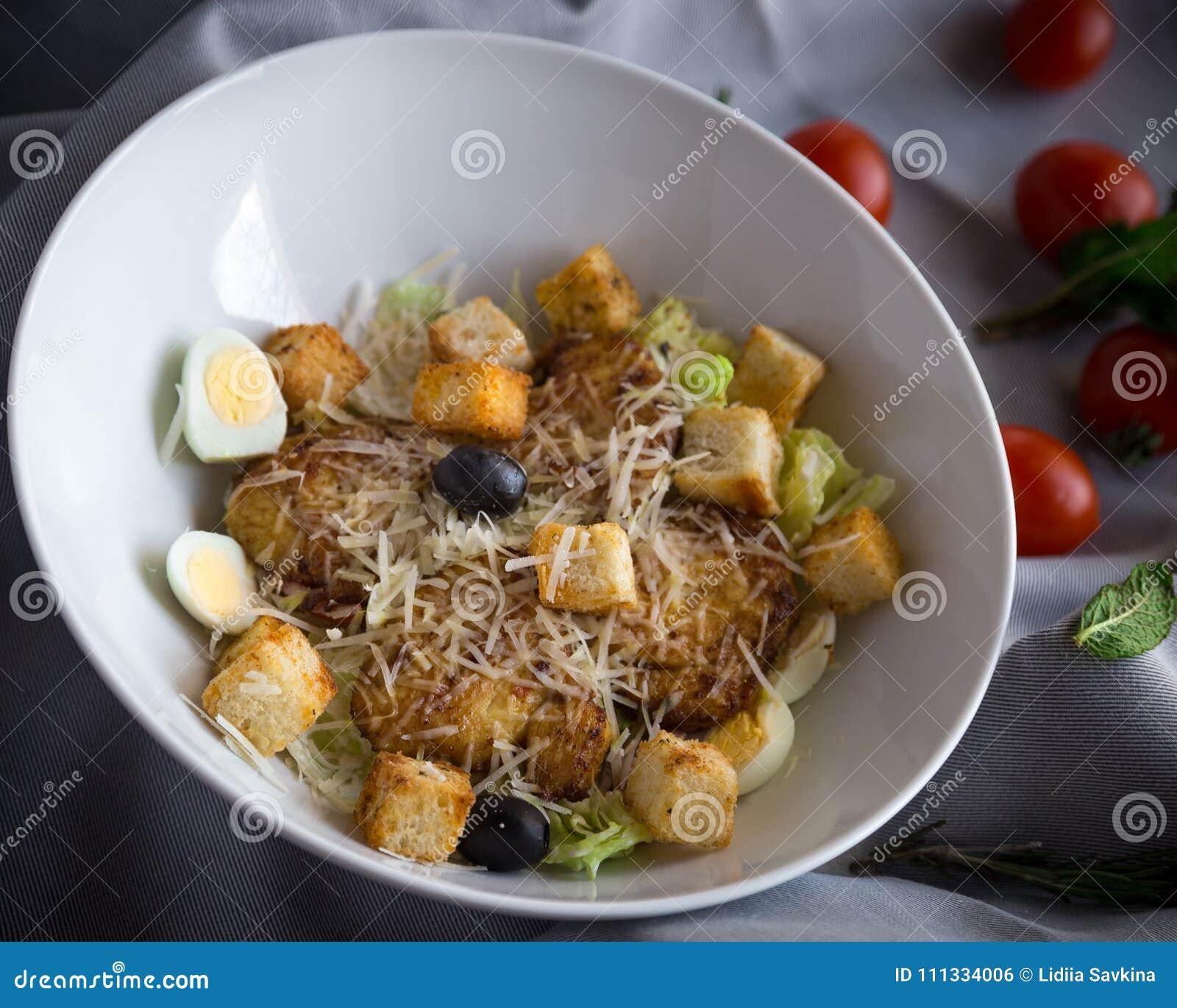 Insalata di Caesar con il pollo, i crostini croccanti e le foglie fresche della lattuga