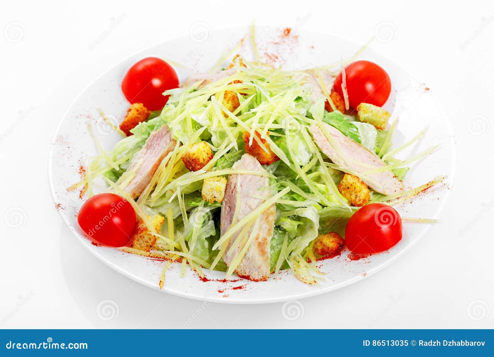Insalata di Caesar con il pollo, lattuga di iceberg, parmigiano, condimento di Caesar
