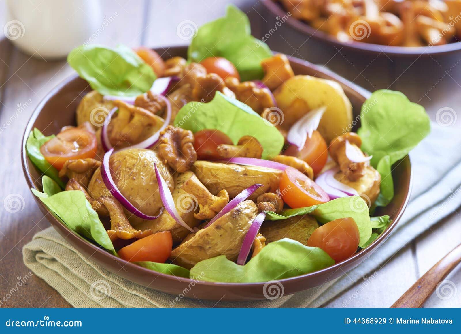 Insalata di patata con i galletti, i pomodori e le cipolle