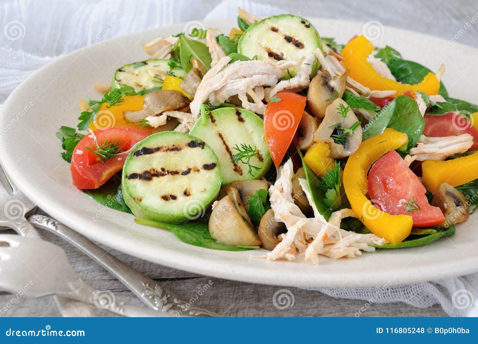 Insalata di pollo calda con le verdure