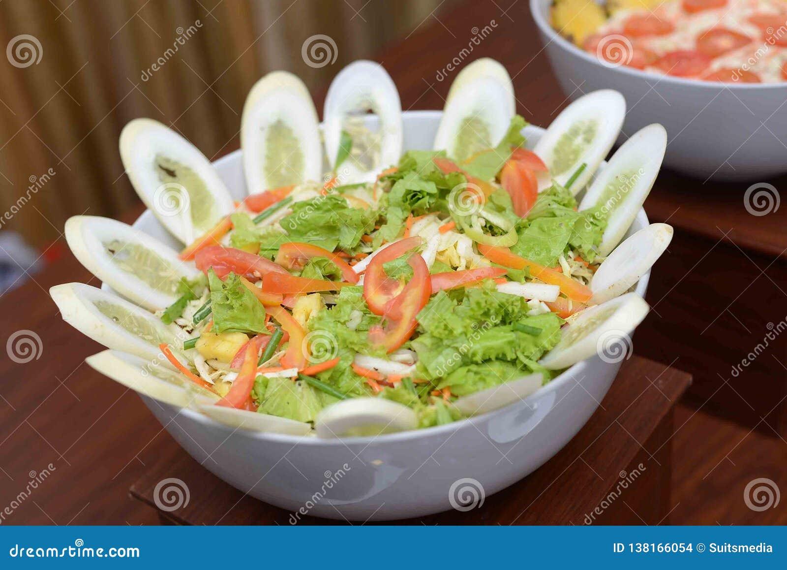 Insalata di verdura fresca con il cetriolo