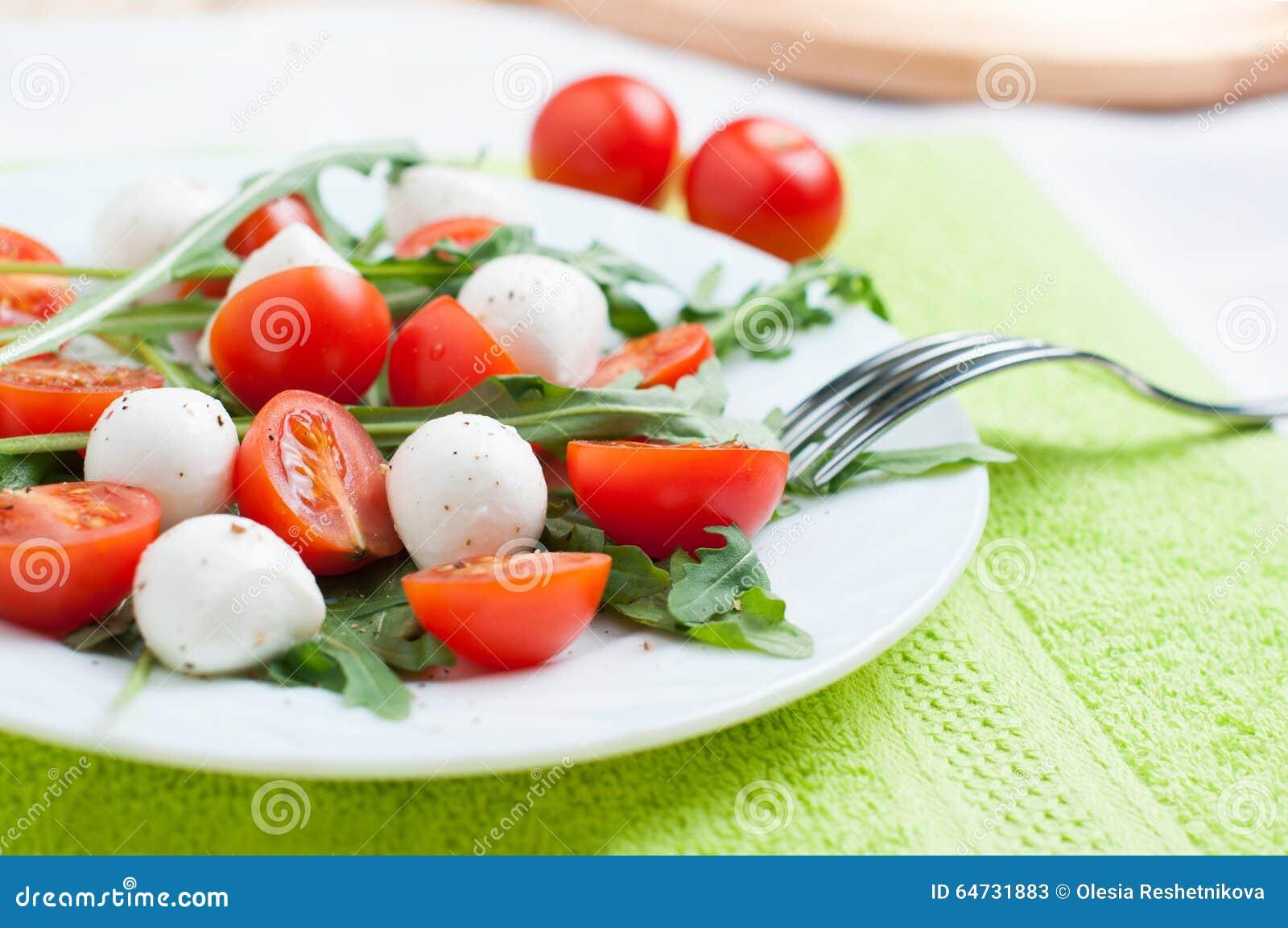 Insalata di verdure della rucola e della ciliegia