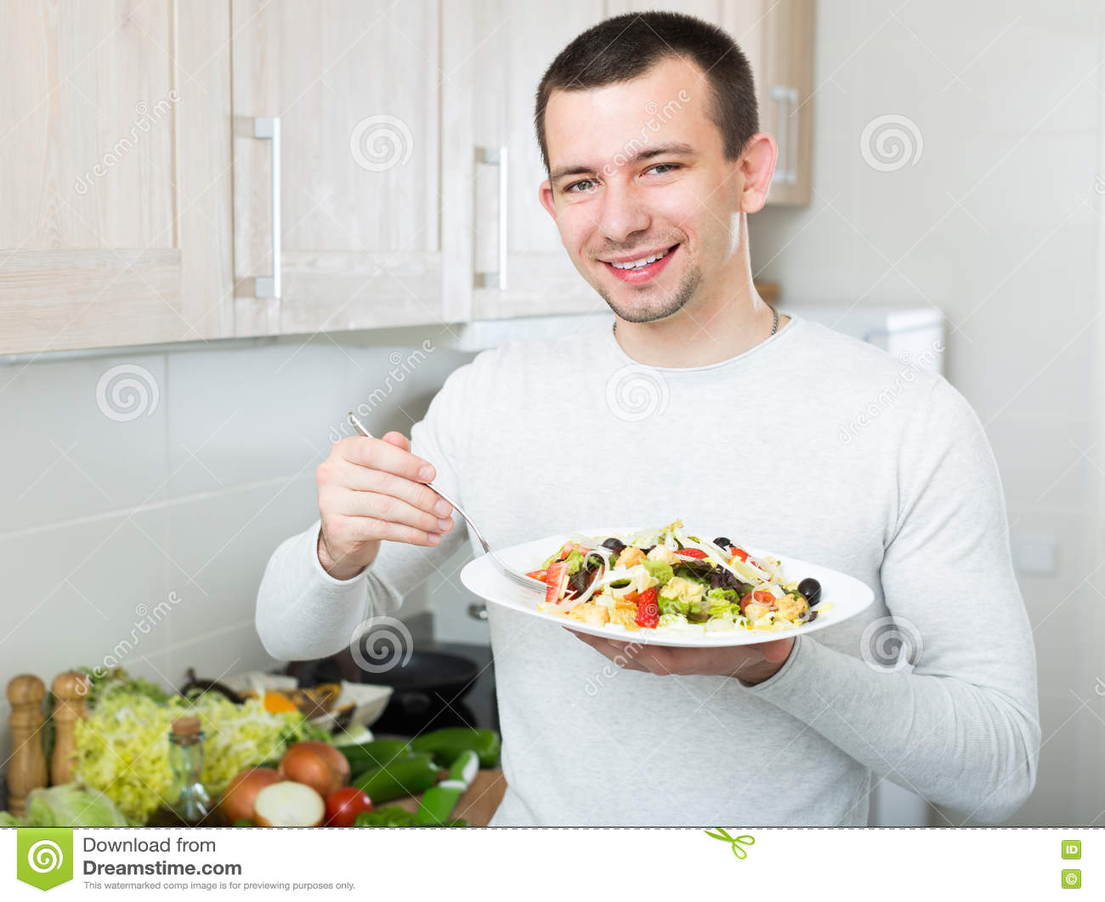 Insalata Di Verdure Mangiatrice Di Uomini In Cucina Immagine Stock Immagine Di Casuale Alimento 77473245