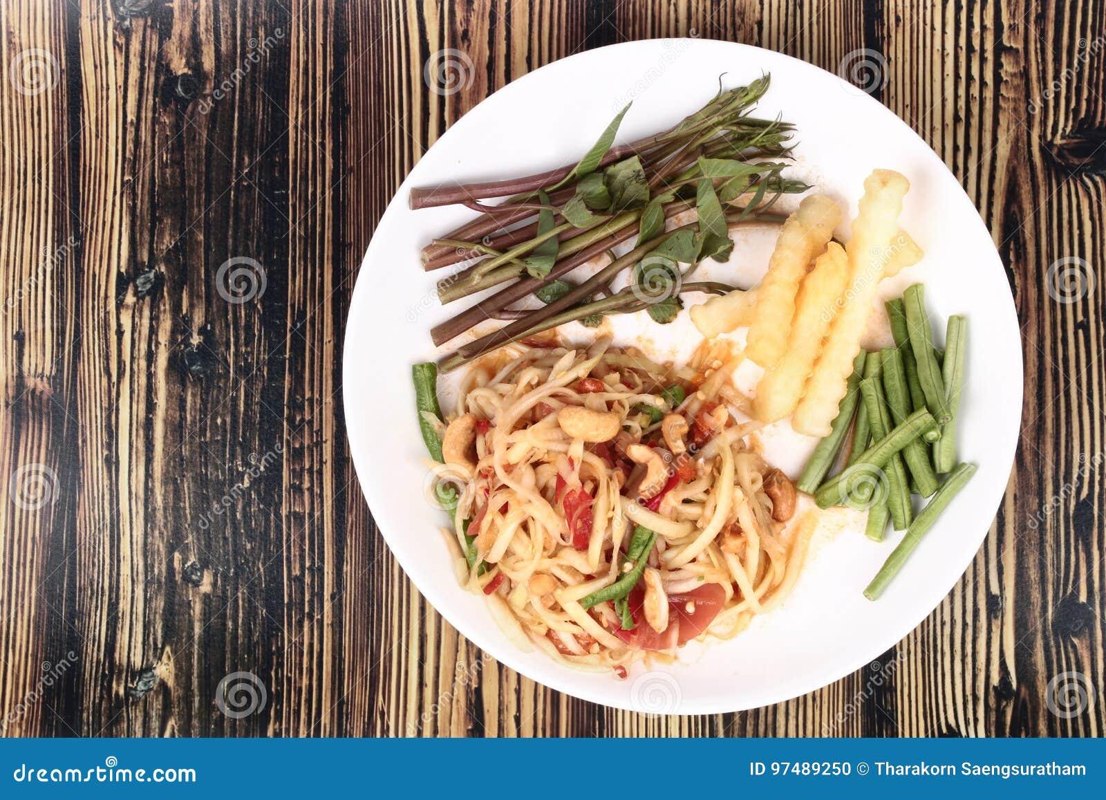 Insalata di verdure mista piccante ed acida popolare tailandese di ricetta, con la p
