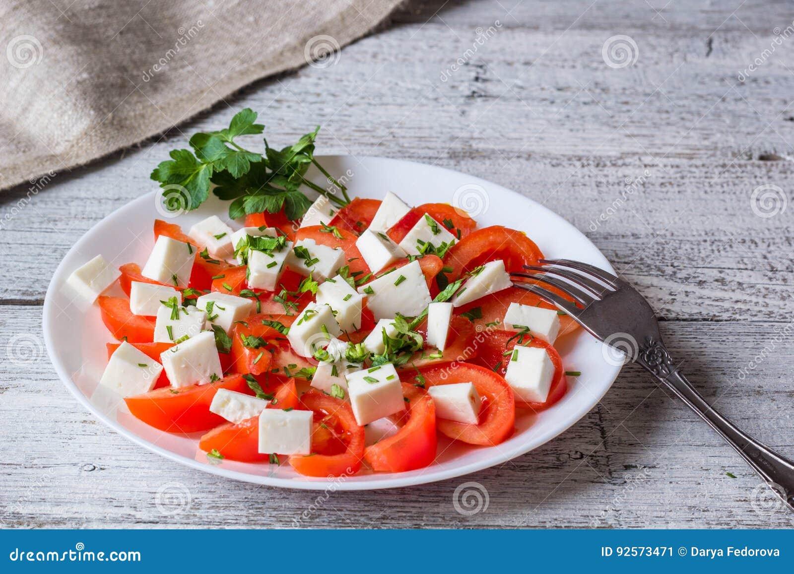Insalata fresca con il pomodoro, la mozzarella e le erbe