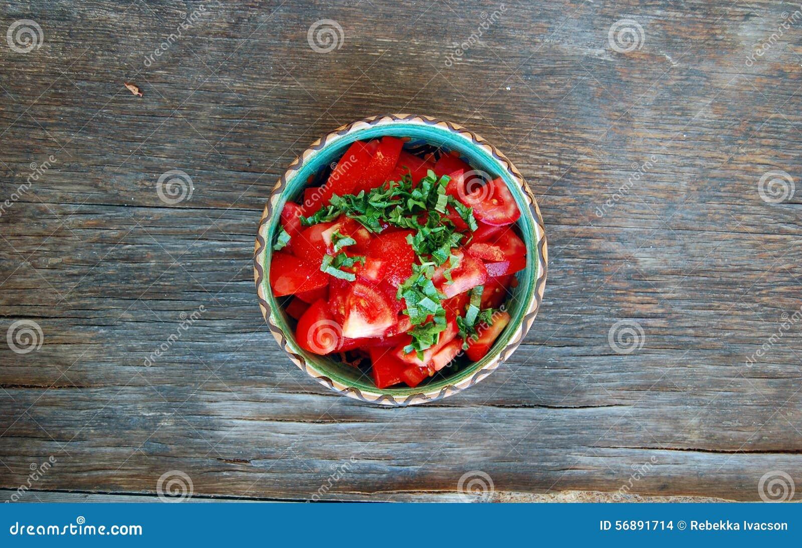 Insalata fresca del pomodoro con basilico