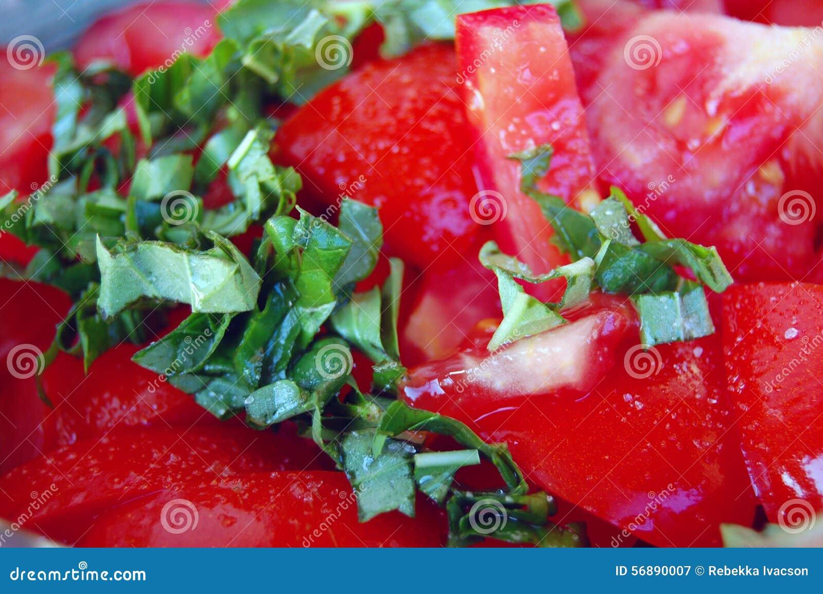 Insalata fresca del pomodoro con basilico in ciotola ceramica