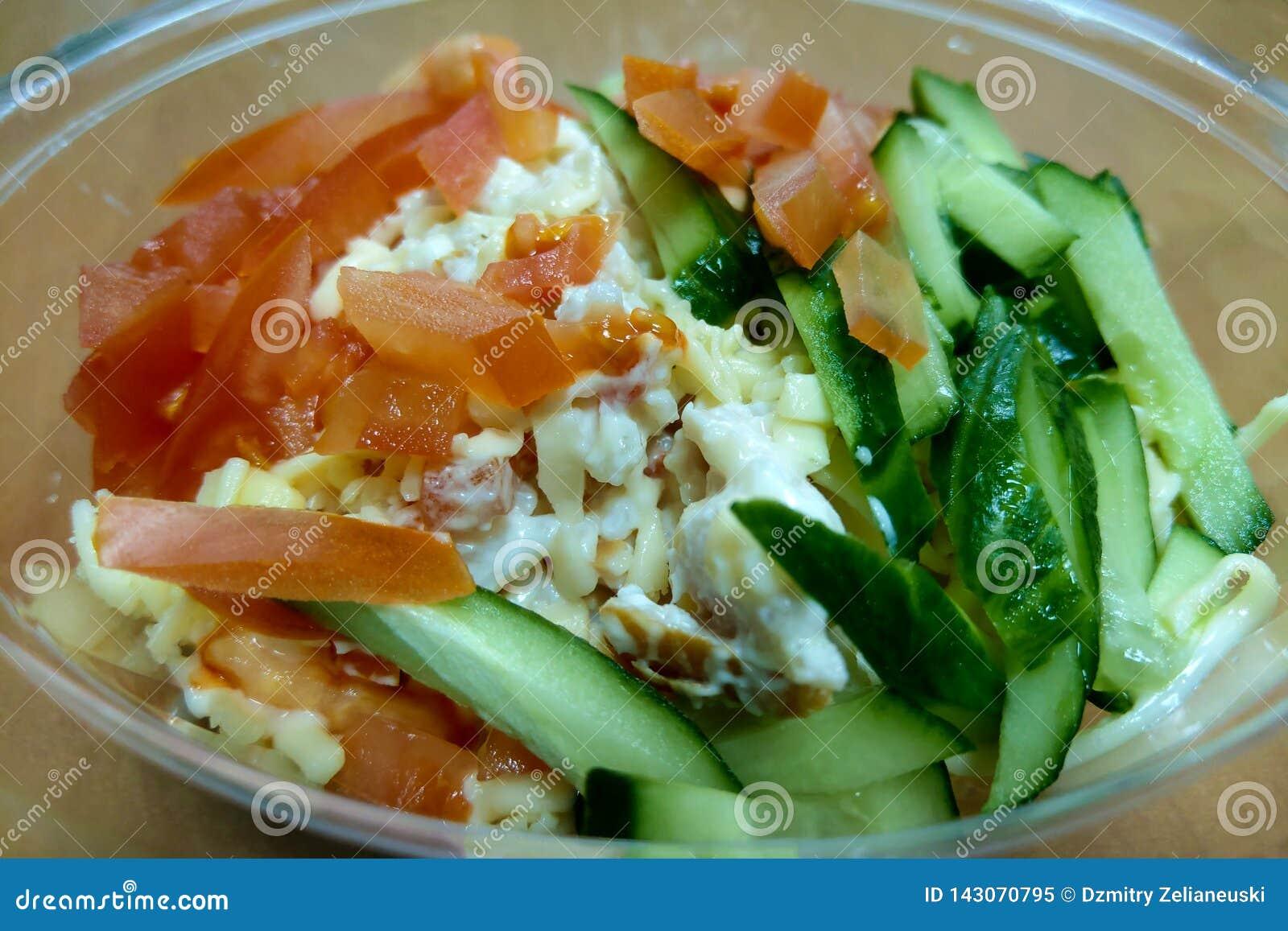 Insalata leggera fresca dei cetrioli, pomodori, cavolo, dadi