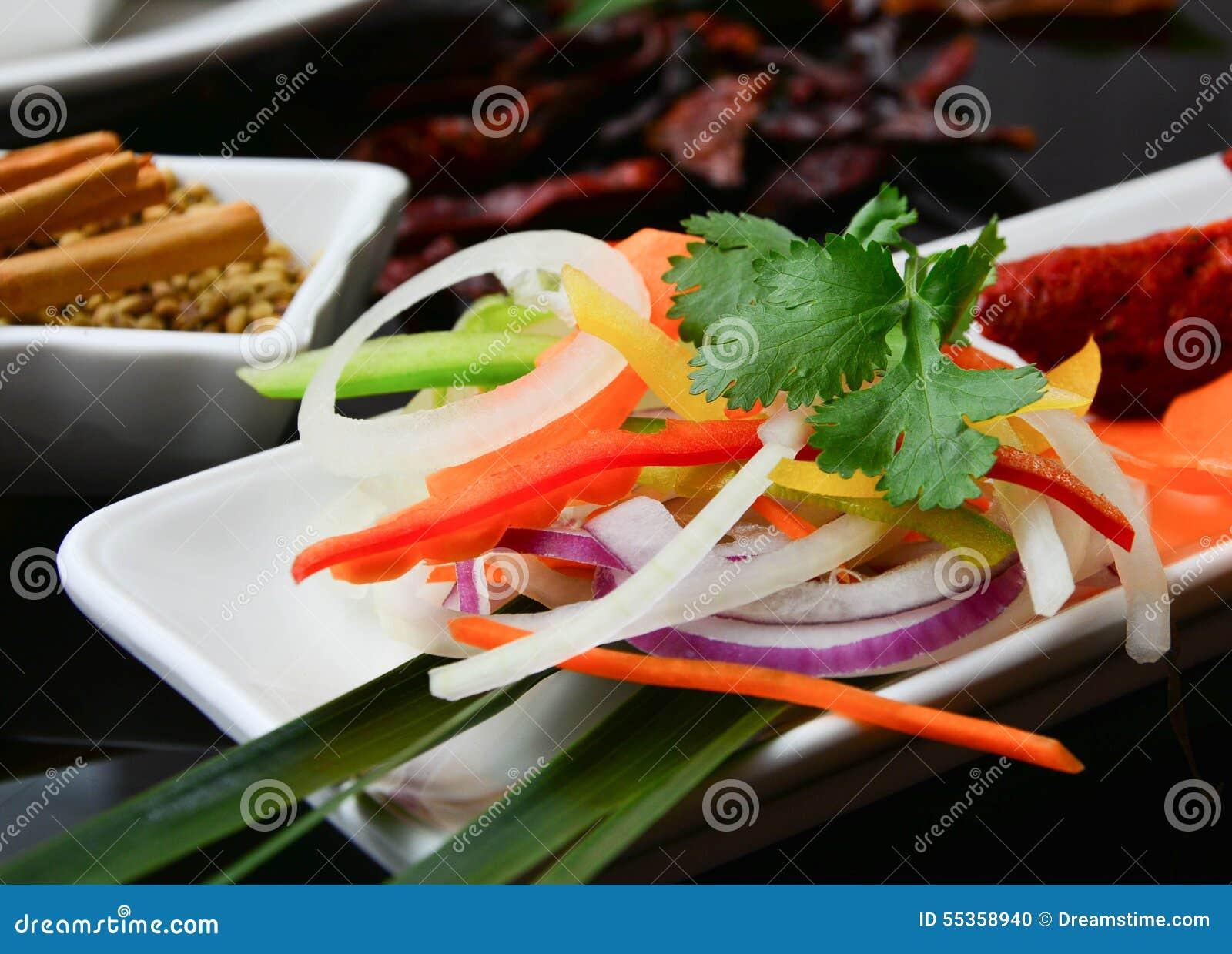 Insalata per accompagnare piatto principale indiano