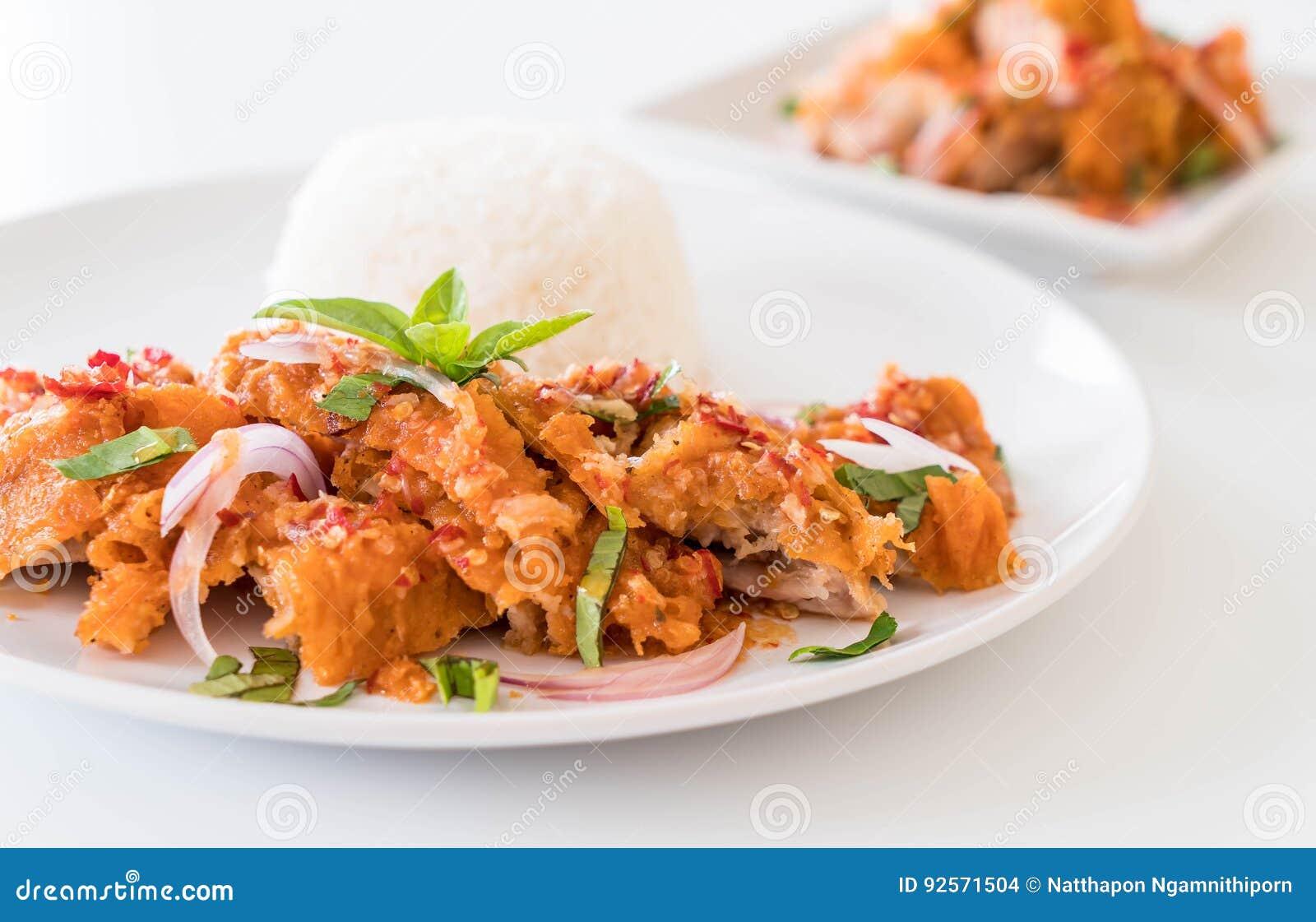 Insalata piccante con pollo fritto