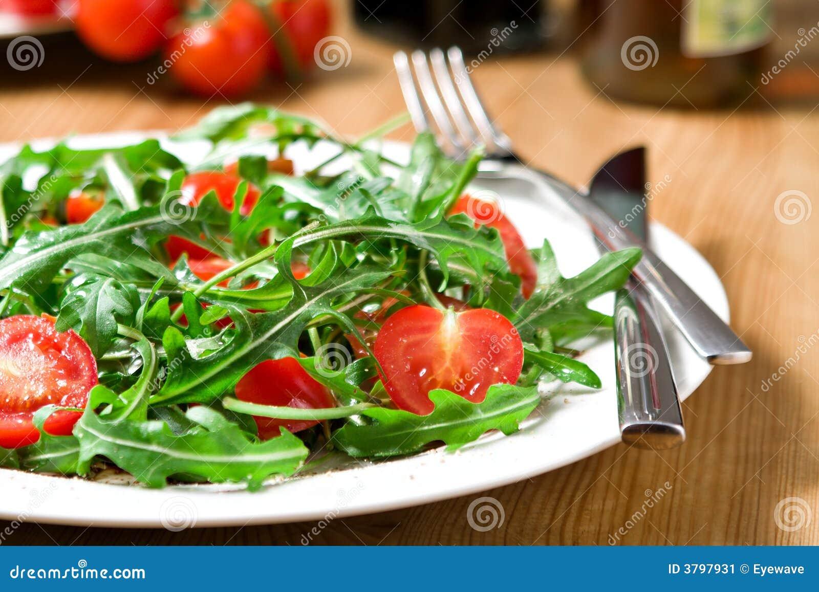 Insalata rossa e verde del pomodoro-arugula