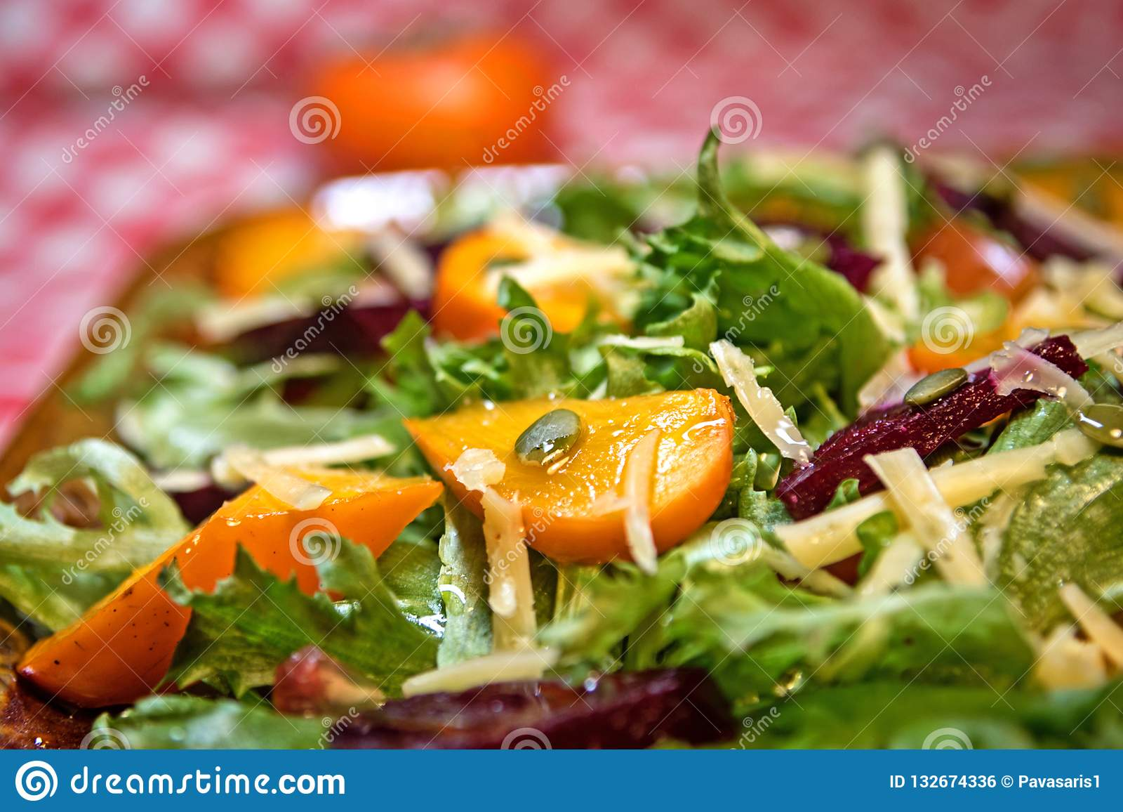 Insalata sana con l insalata, il cachi e le barbabietole della lattuga Insalata del cachi Dieta Alimento vegetariano