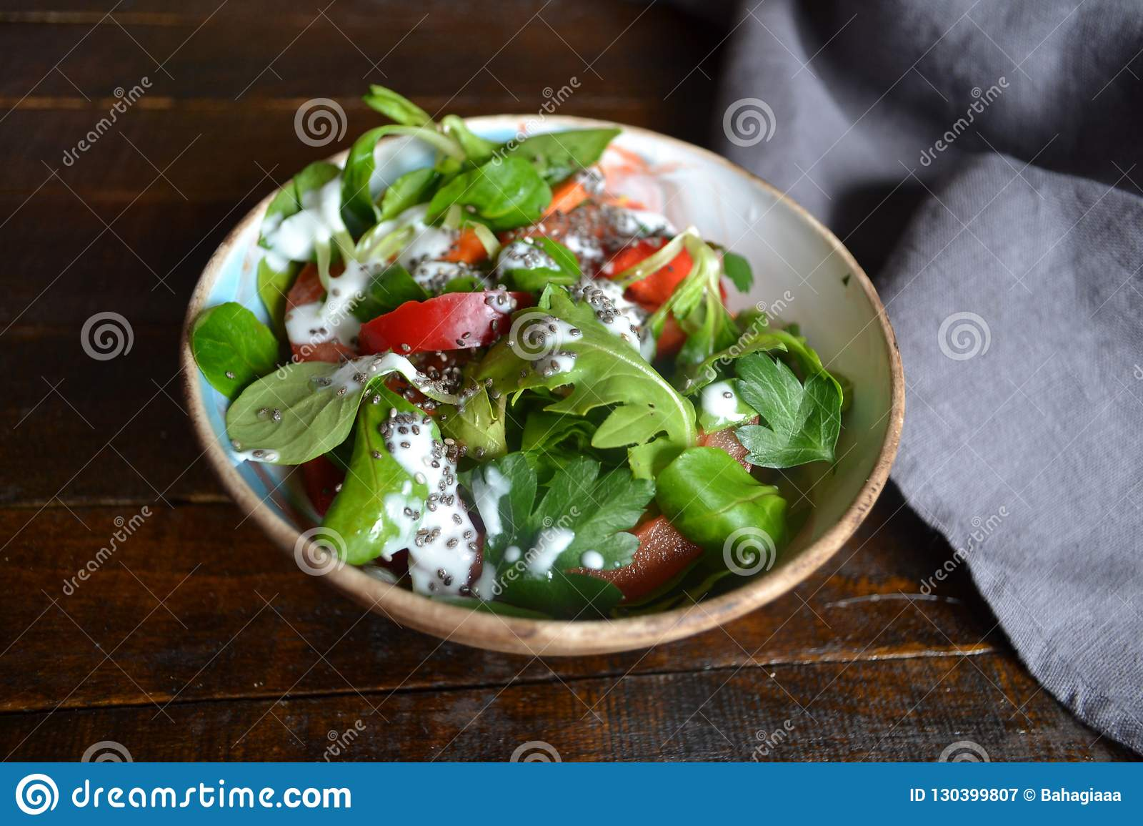 dieta con yogurt e insalata