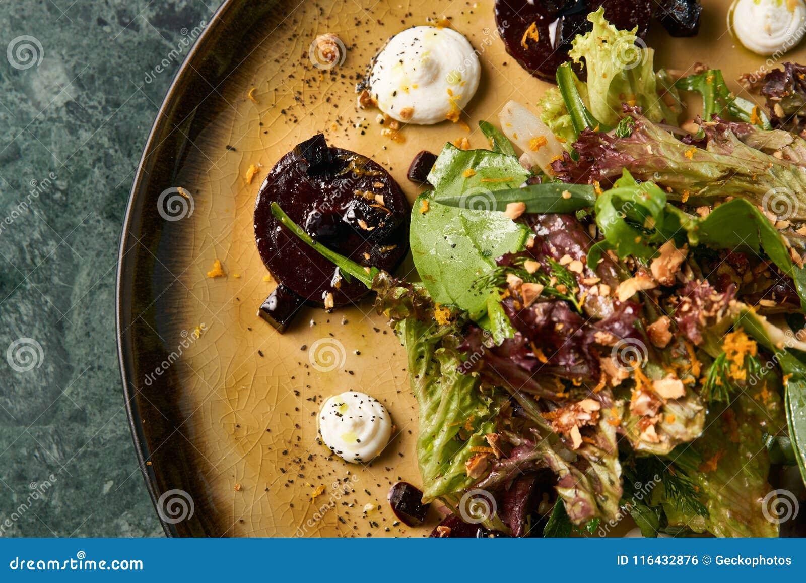 Insalata vegetariana sana con le varie erbe e barbabietole