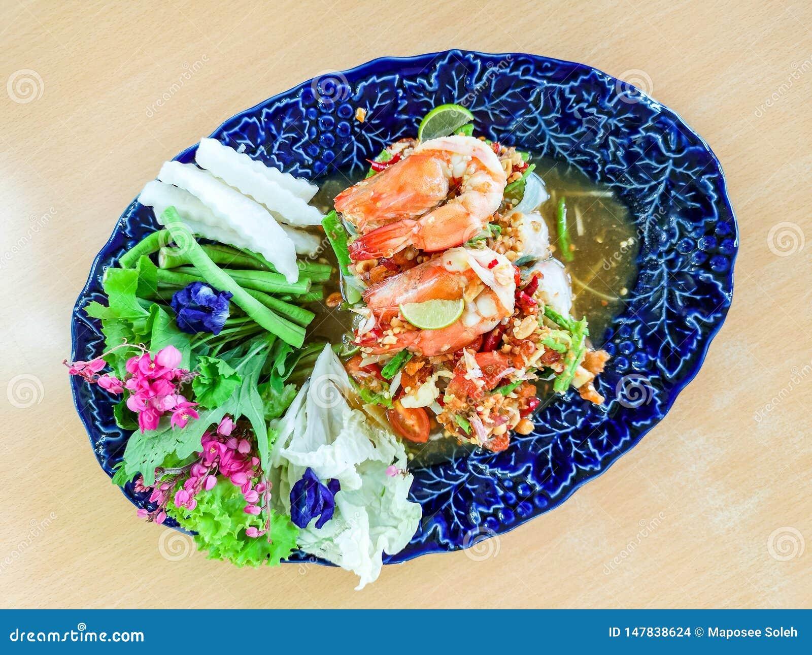 Insalata vietnamita sana Rolls con gamberetto nel ristorante di Finedining