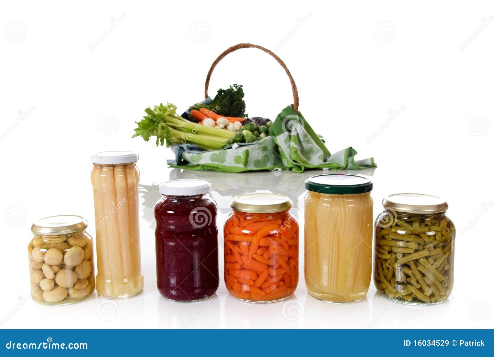 Inscatolato contro la verdura fresca.