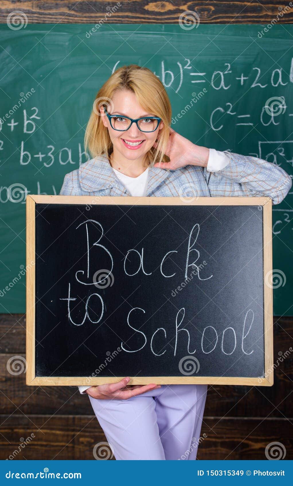 Inscri??o do quadro-negro da posse da mulher do professor de volta ? escola ? tempo da escola outra vez Professor contente de dar
