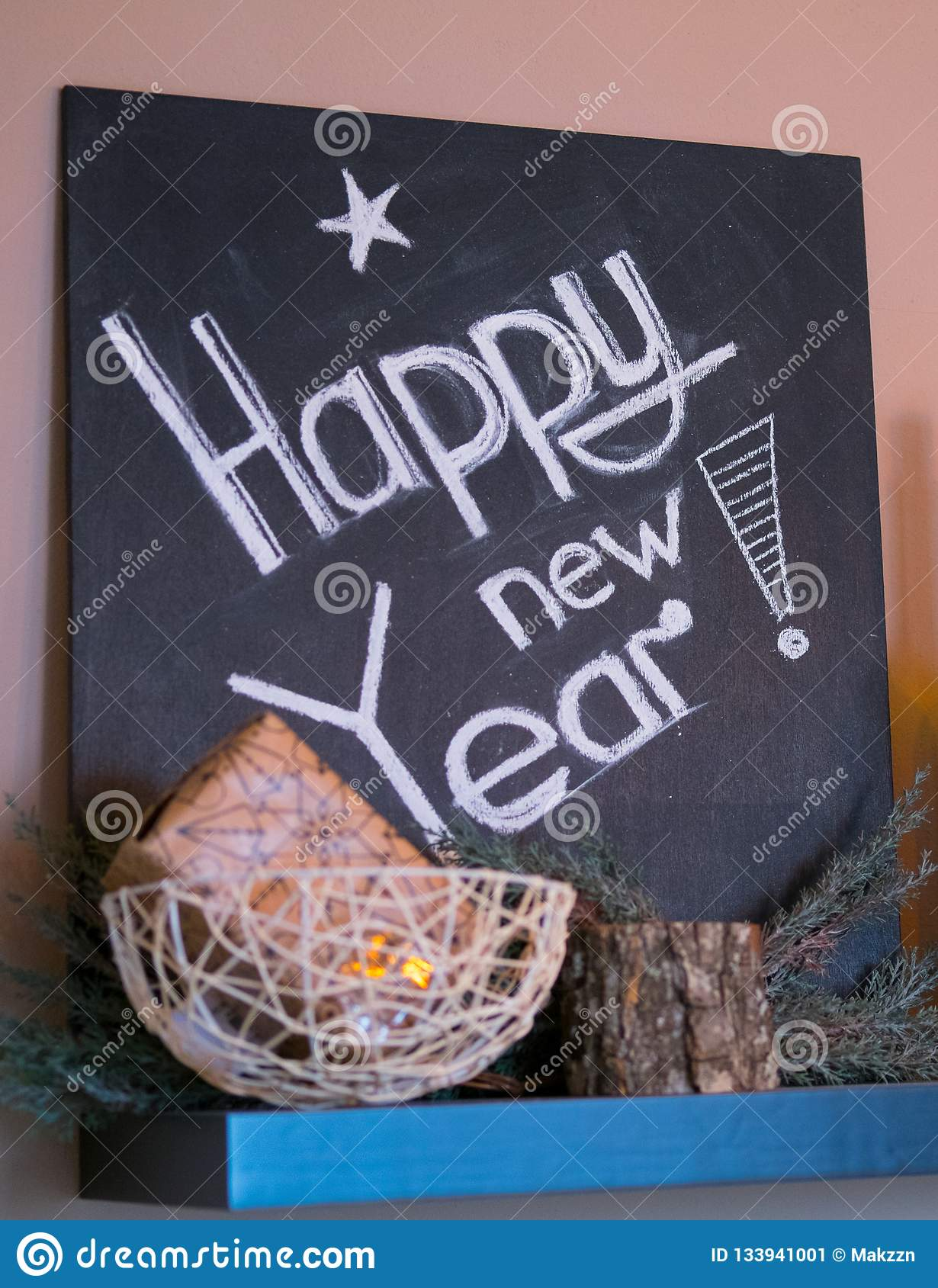 Inscripción de la Feliz Año Nuevo en la pizarra Muestra del Año Nuevo en la pizarra
