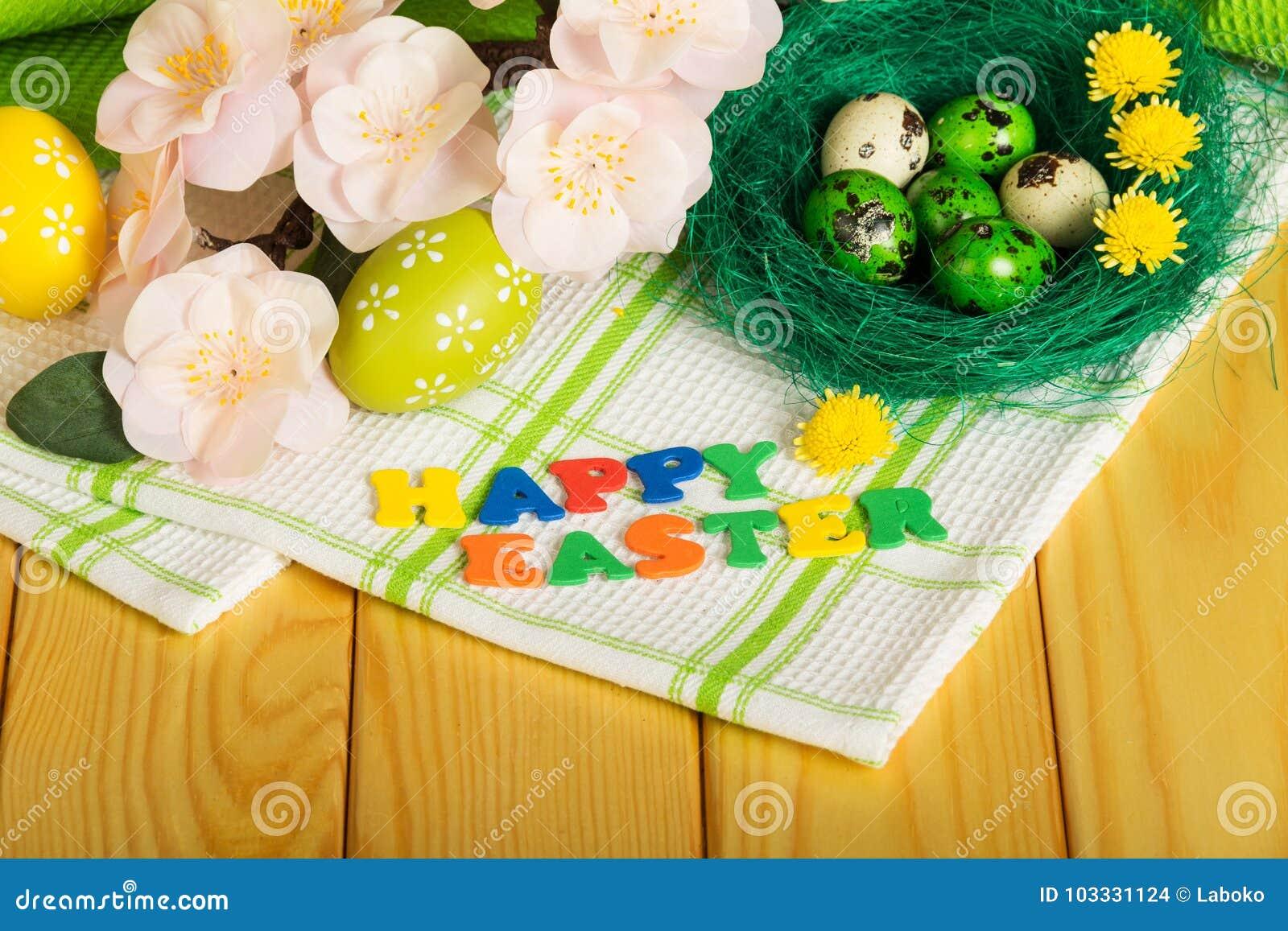 Inscripción PASCUA FELIZ, huevos de Pascua coloreados, flores, toalla