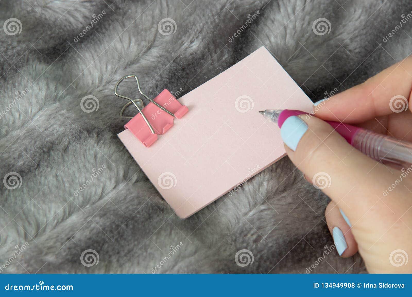 Inscription du stylo rose sur l autocollant rose-clair avec la papeterie rose de bride en métal