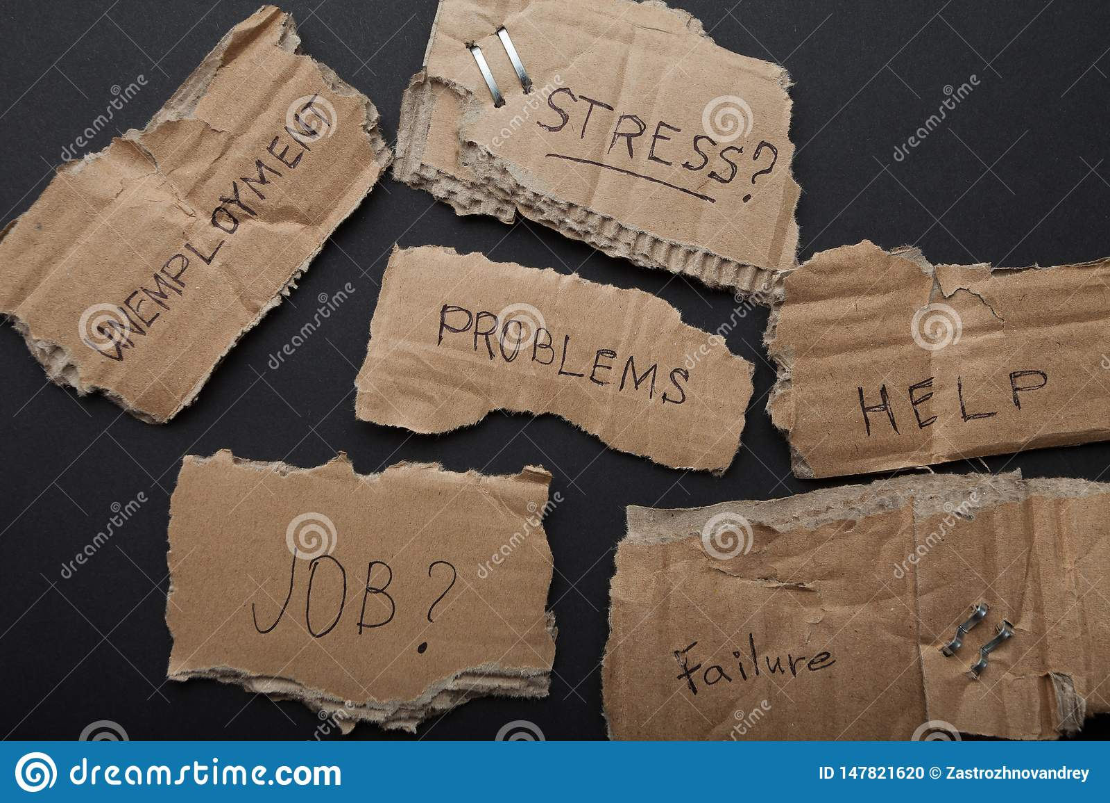 Inscriptions des plats de carton sur un fond noir : probl?mes, aide, travail, erreur, le ch?mage, effort