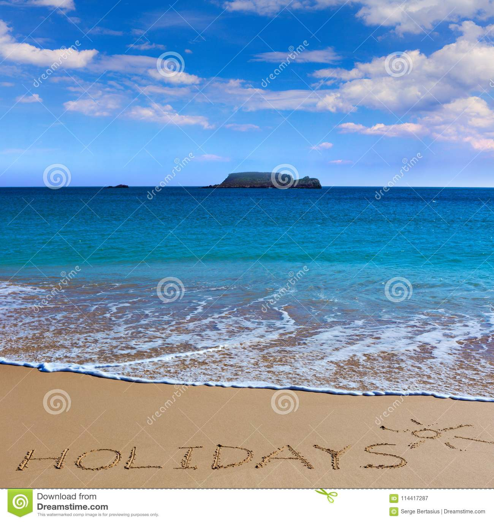 Insctiption ПРАЗДНИКОВ под чертежом солнца на влажном острословии песка пляжа