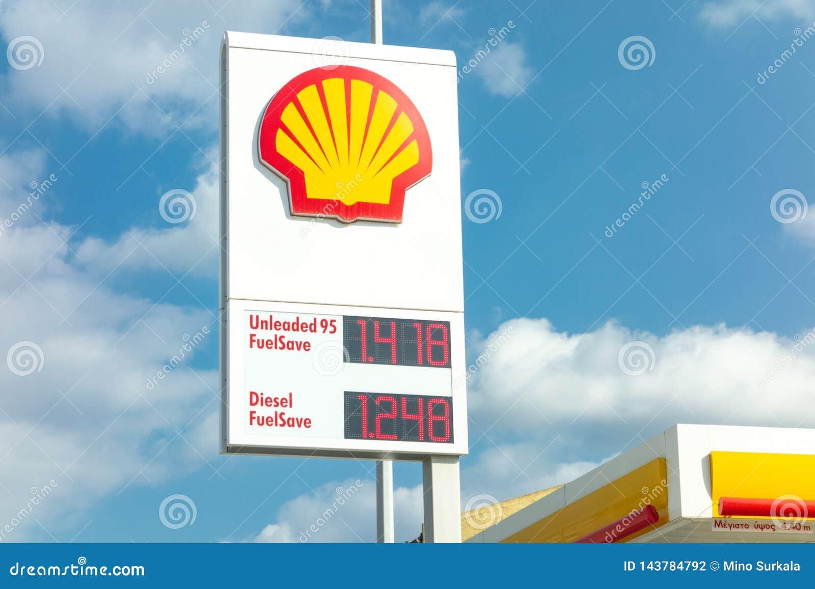 Insegna della stazione di servizio di Shell con i andfuels di un logo della società forniti dei loro prezzi