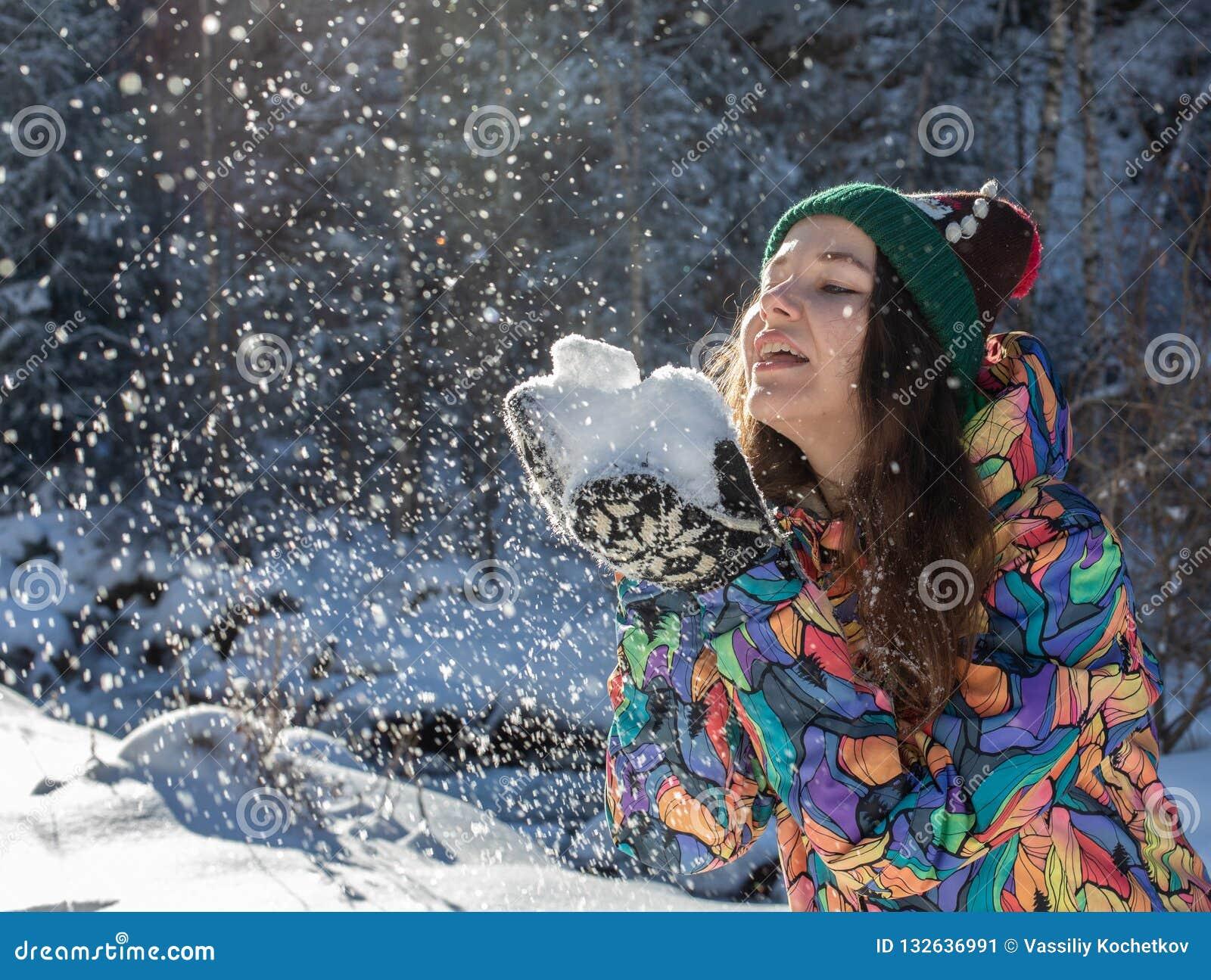 Insegna di lancio della neve di inverno della donna felice di divertimento Il raccolto di panorama della ragazza all aperto di st
