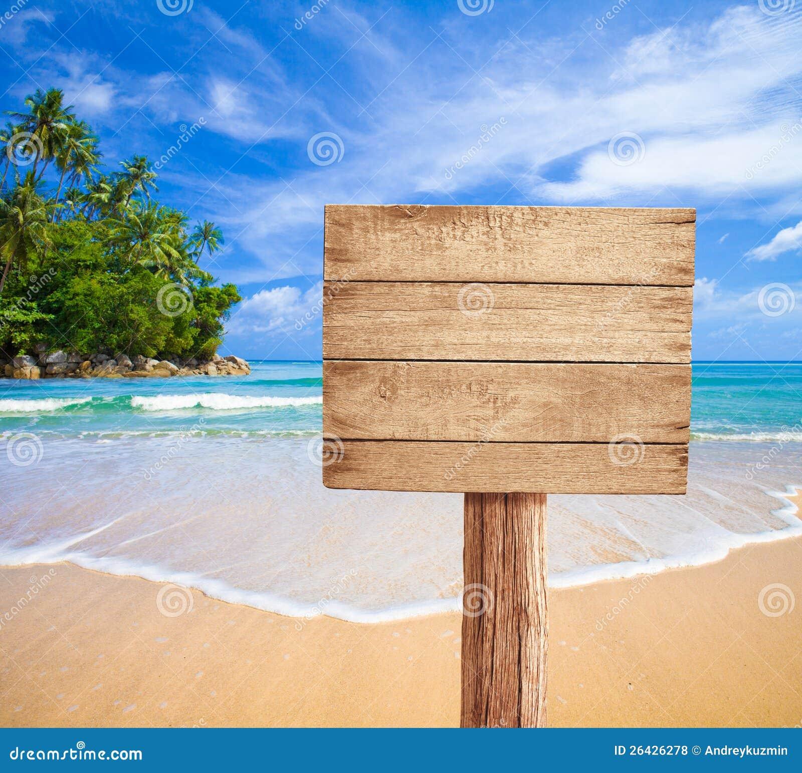 Insegna di legno sulla spiaggia tropicale